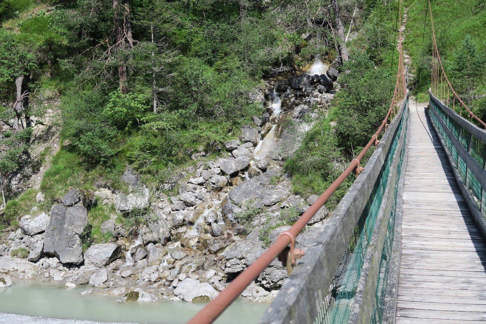 Ein kleiner Wasserfall auf der anderen Seite der Hängebrücke bei Forchach