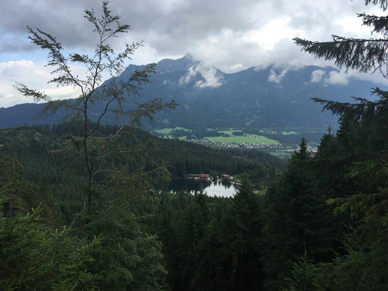 Der Frauensee von oben durch die Bäume auf dem Lechweg