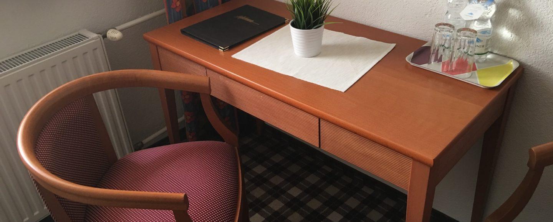 Schreibtisch mit Wasser im Hotel Mohren / Reutte