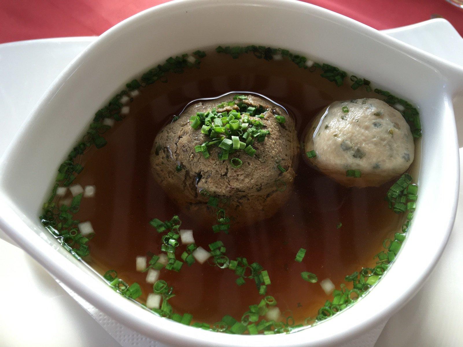 Kräftige Rindssuppe mit Leberknödel, Brätnockerl und Gemüsewürfel