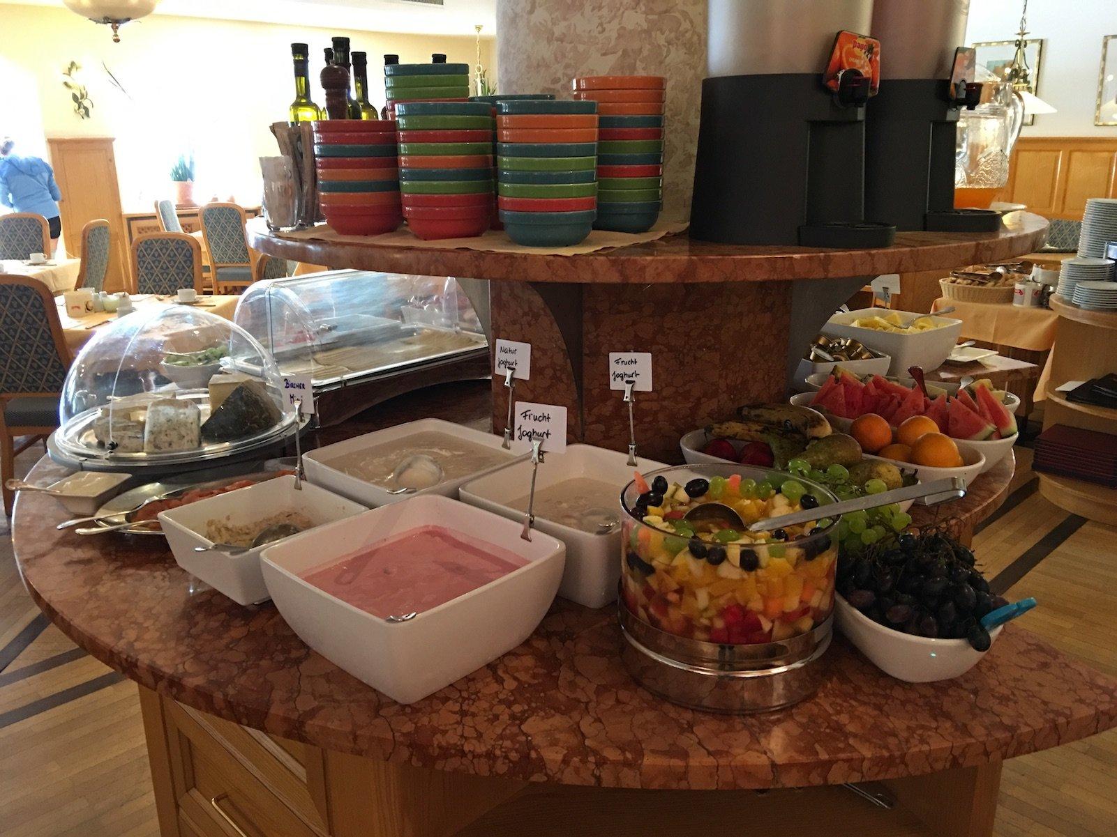 Jogurt, Früchte und Käse zum Frühstück im Hotel zum Mohren Reutte