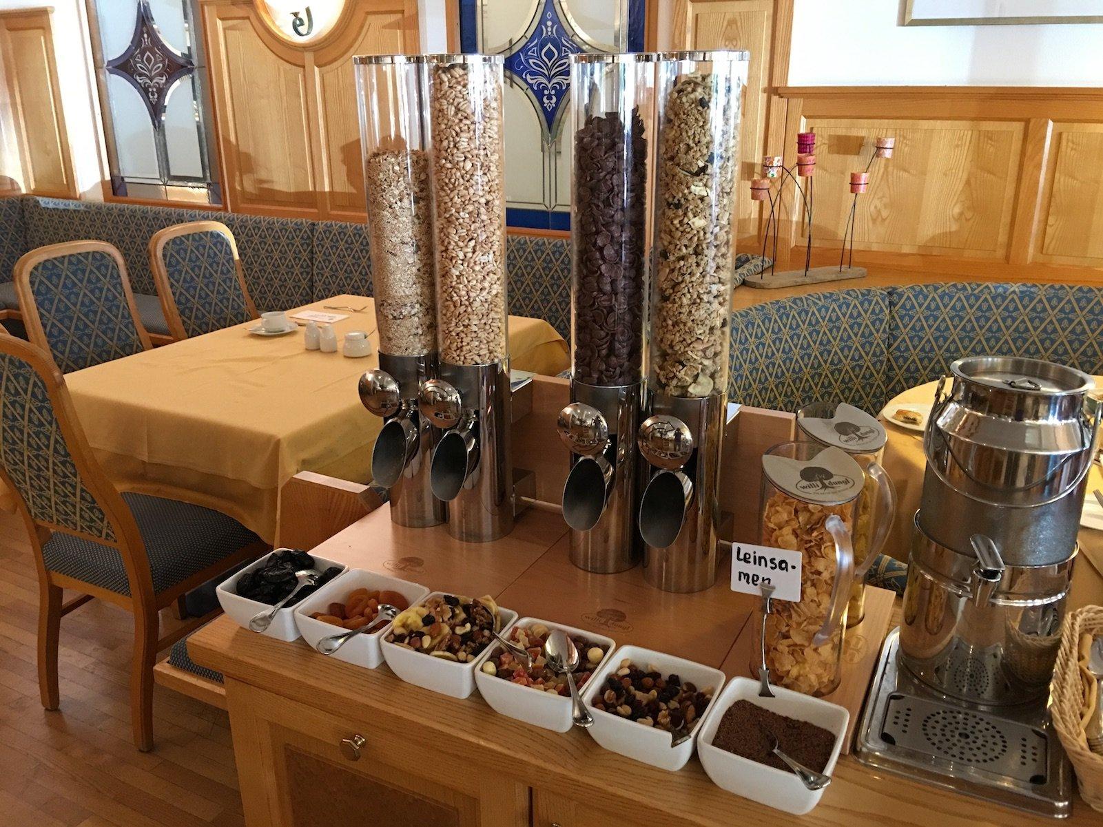 Müsli und Trockenobst zum Frühstück im Hotel zum Mohren in Reutte