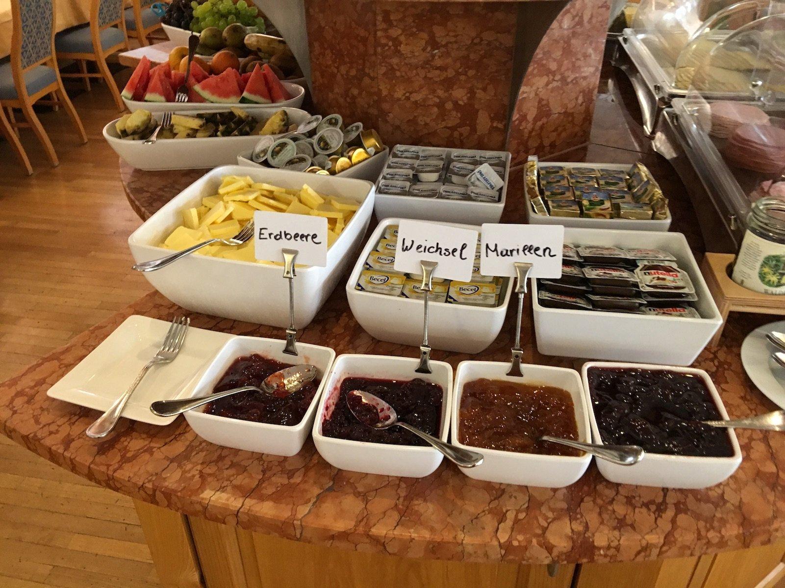 Marmeladen, Butte und Nutella zum Frühstück im Hotel zum Mohren in Reutte