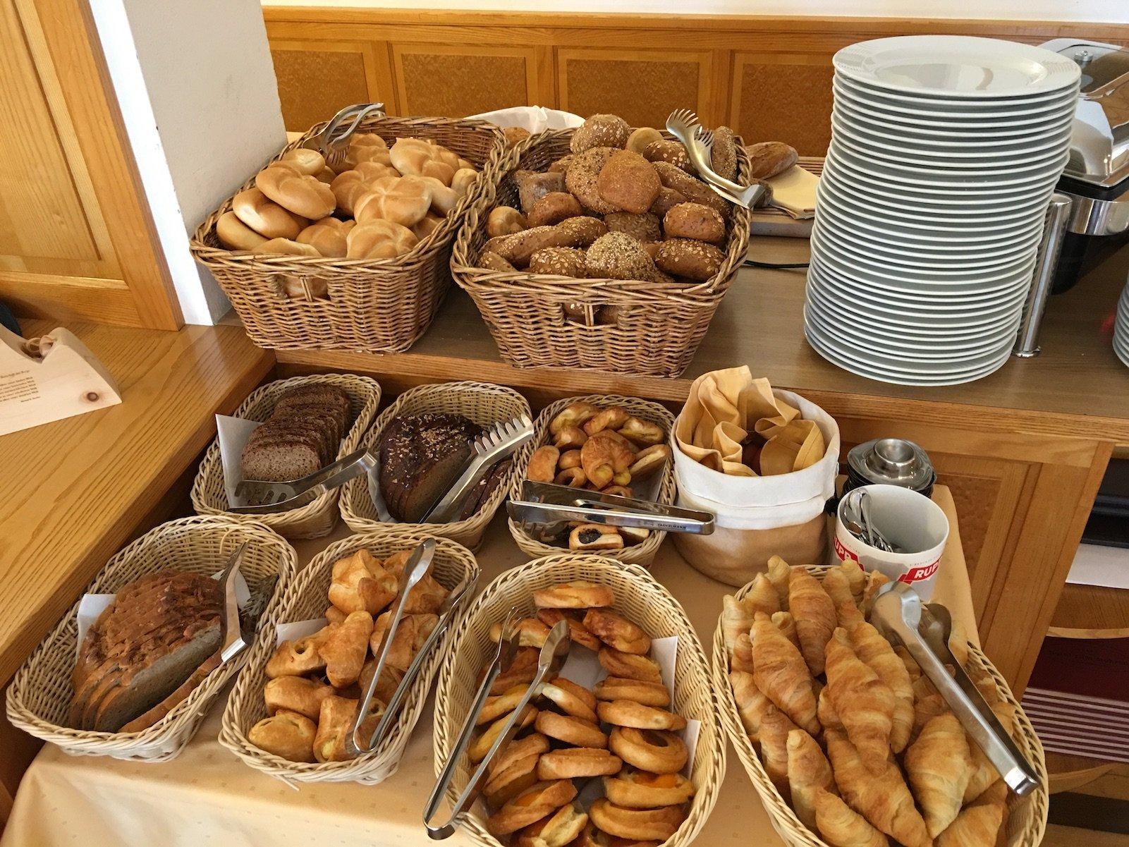 Brotauswahl ohne Ende zum Frühstück im Hotel zum Mohren in Reutte