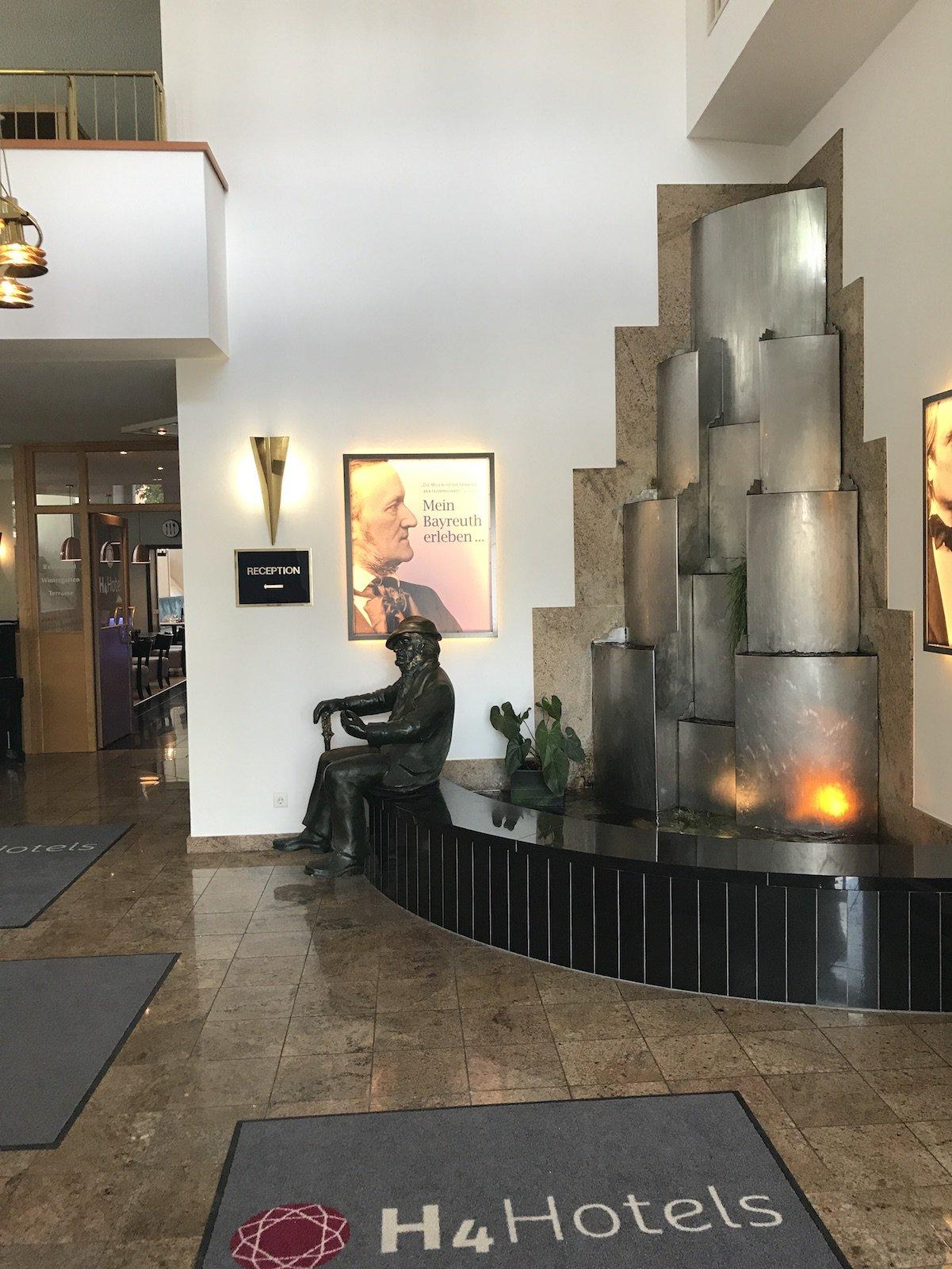 Wasserspiel im Eingangsbereich des H4 Hotels Residenzschloss Bayreuth