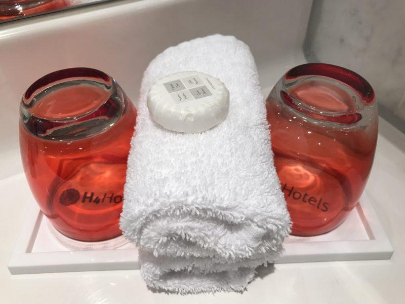 Echte Gläser für Zahnbürsten im H4 Hotel Bayreuth