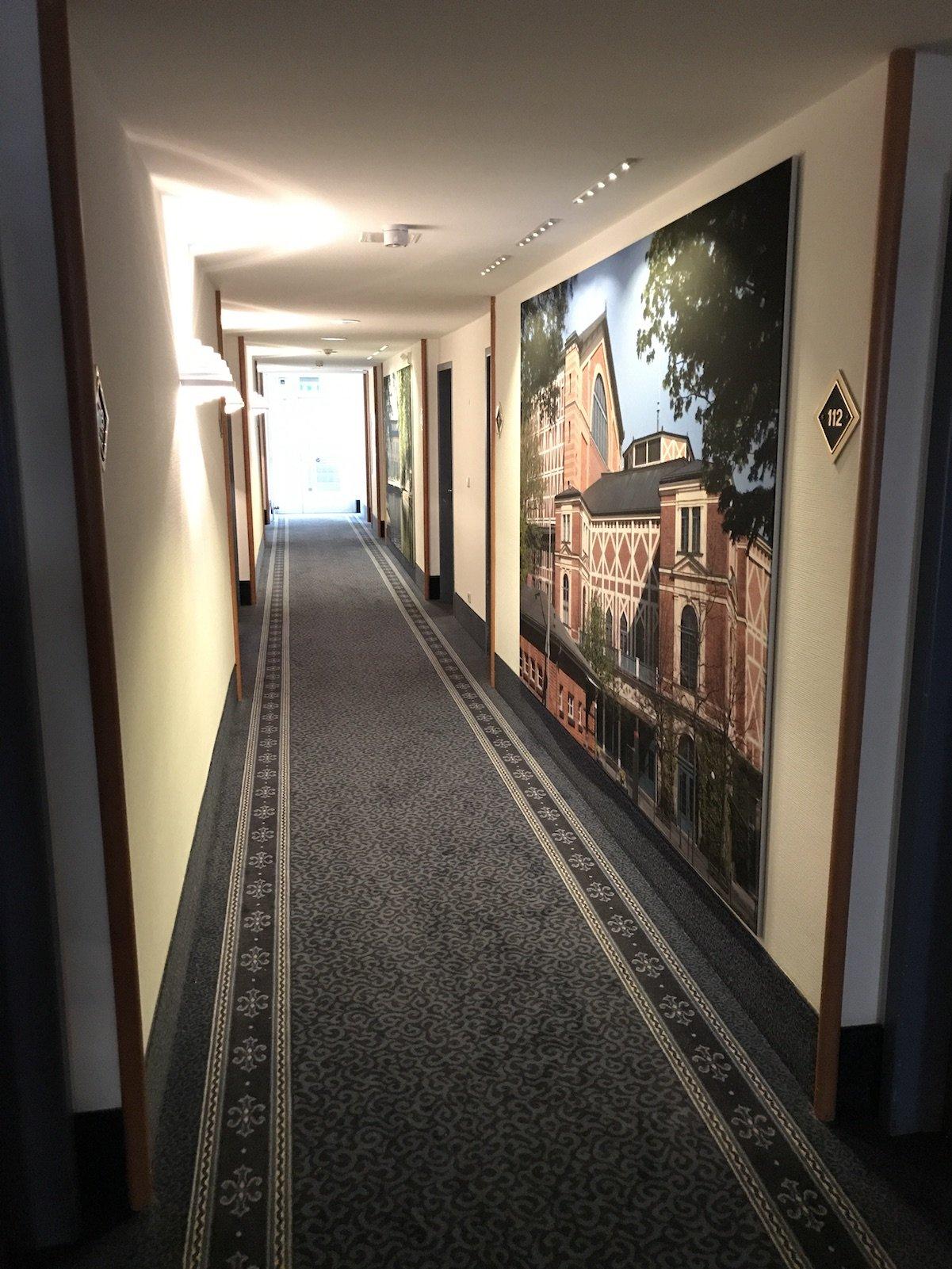 Gang zum Zimmer im Erdgeschoss des H4 Hotels Bayreuth
