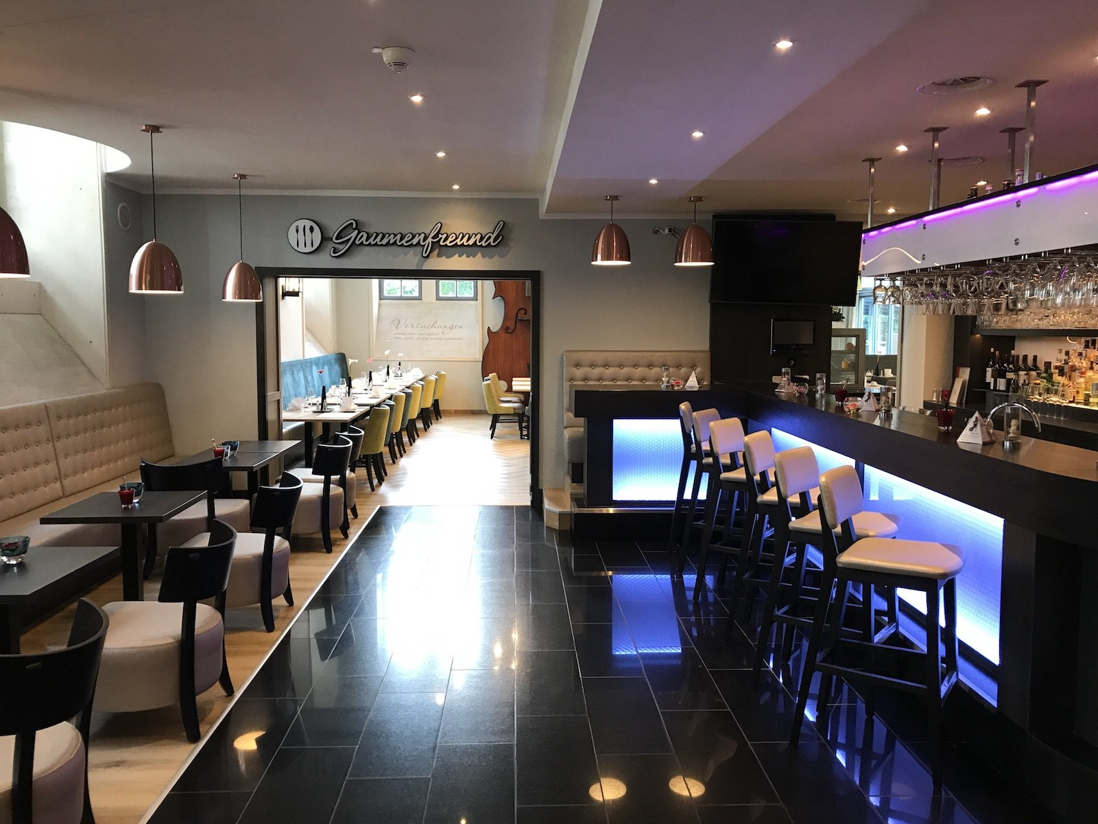 Blick durch die Bar in Richtung des Speisesaals des H4 Hotels Residenzschloss Bayreuth