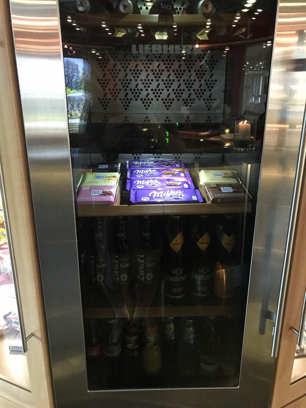 Kühlschrank mit Getränken und Snacks