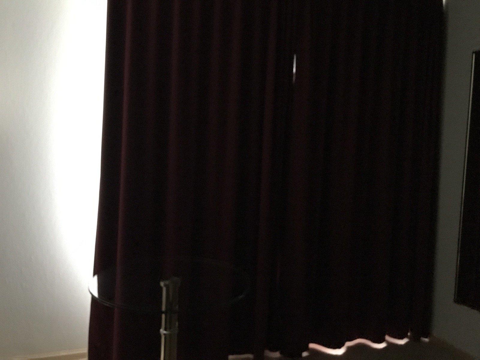 Vorhang, der zu viel Licht durchlässt, es ist morgens taghell im Zimmer