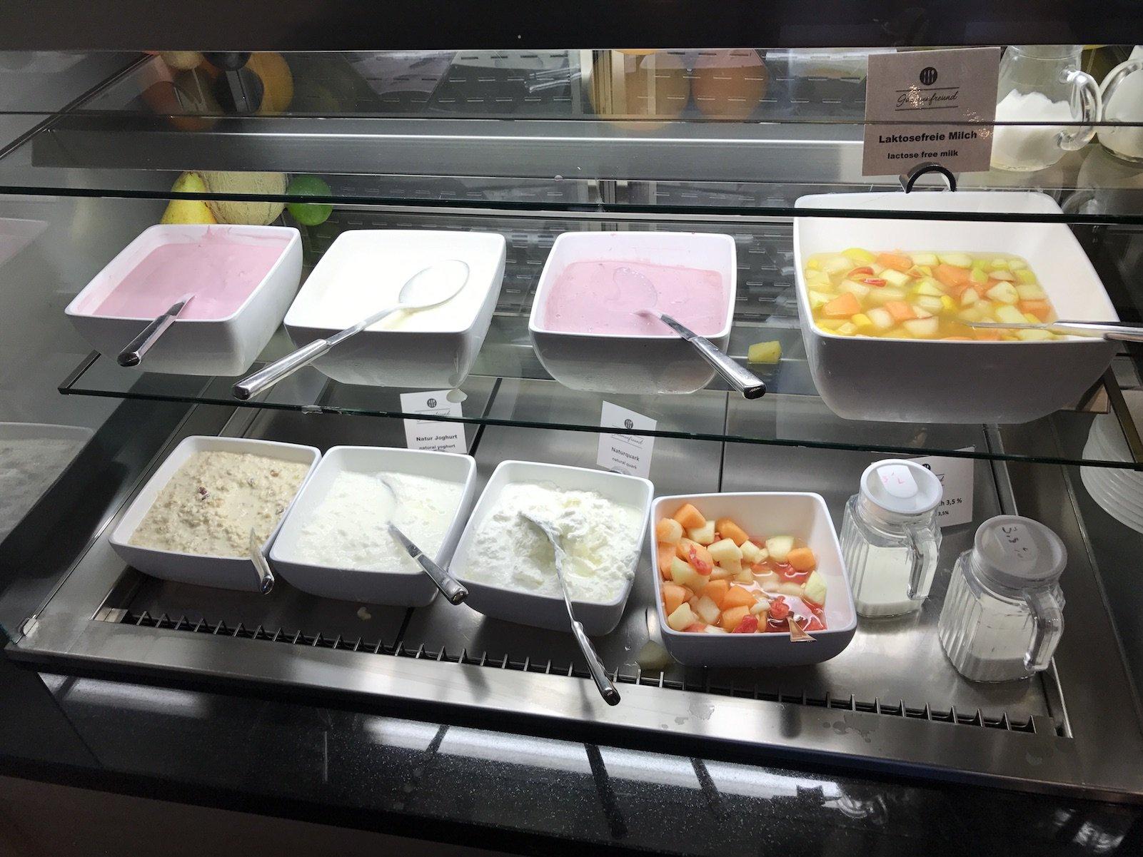 Jogurt und Fruchtsalat zum Frühstück im H4 Hotel Residenz Bayreuth