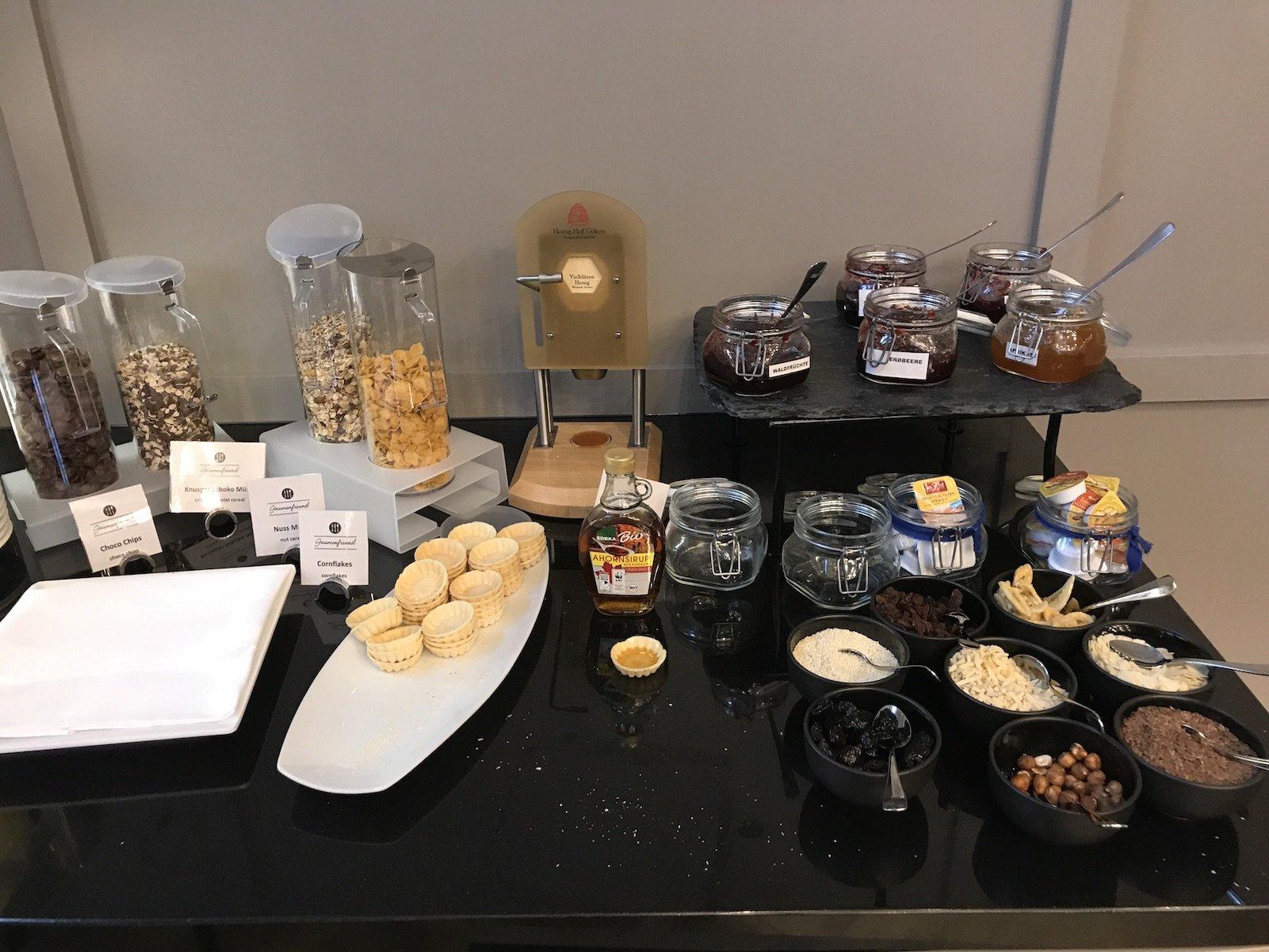 Marmelade, Müsli und Trockenfrüchte zum Frühstück im H4 Hotel Residenzschloss Bayreuth