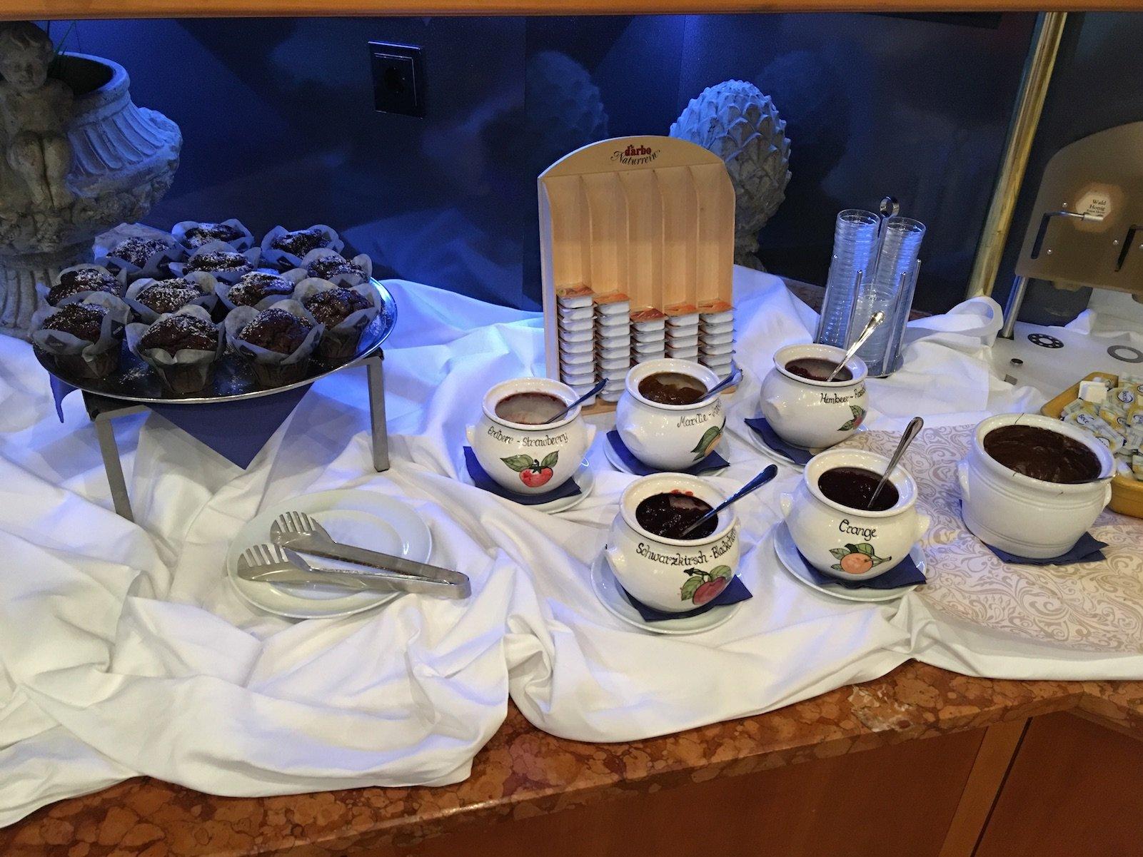 Marmelade und Muffins zum Frühstück im Luitpoldpark-Hotel in Füssen