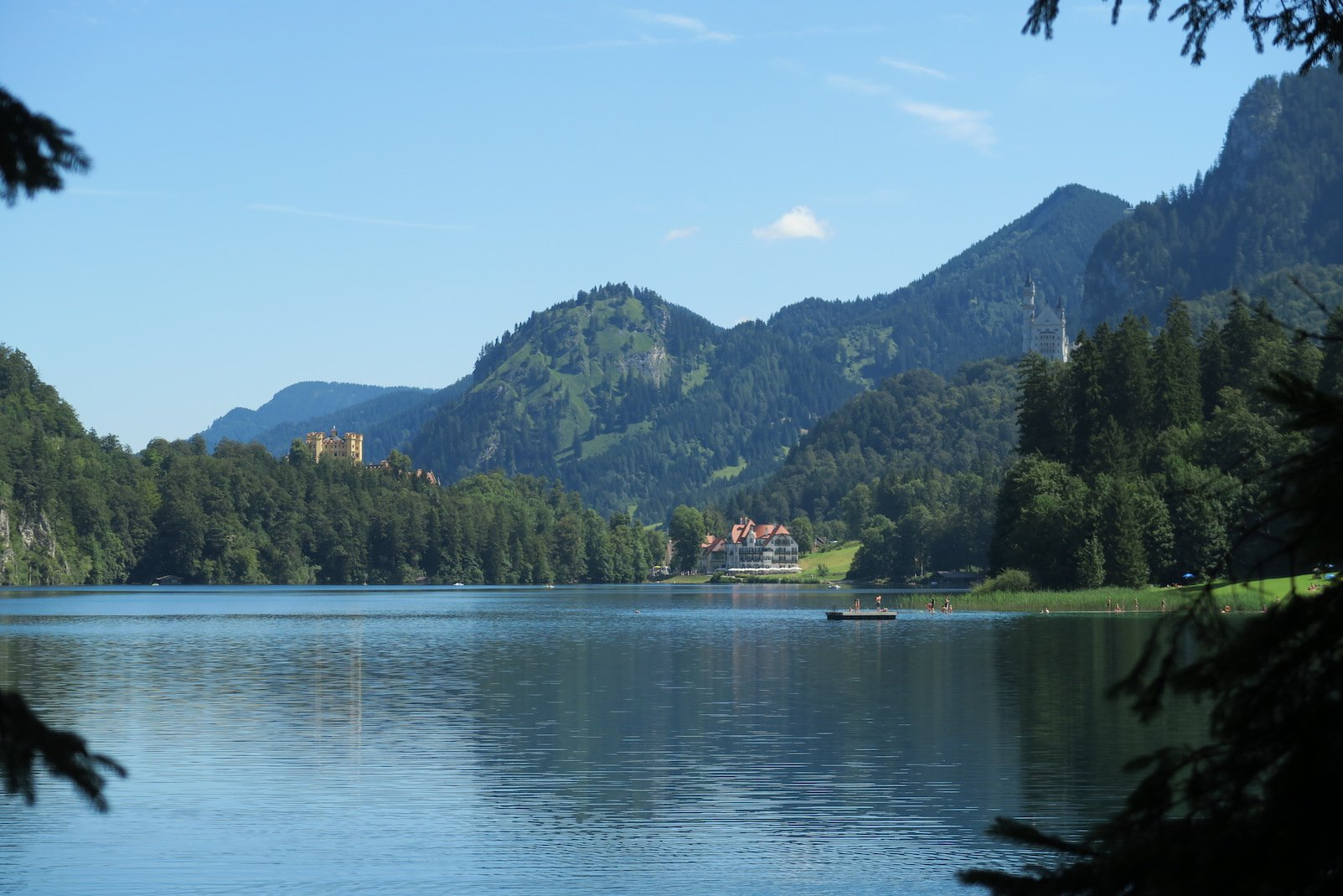 Links Hohenschwangau, rechts Neuschwanstein und in der Motte das Museum der Bayrischen Könige direkt am Ufer des Alpsees