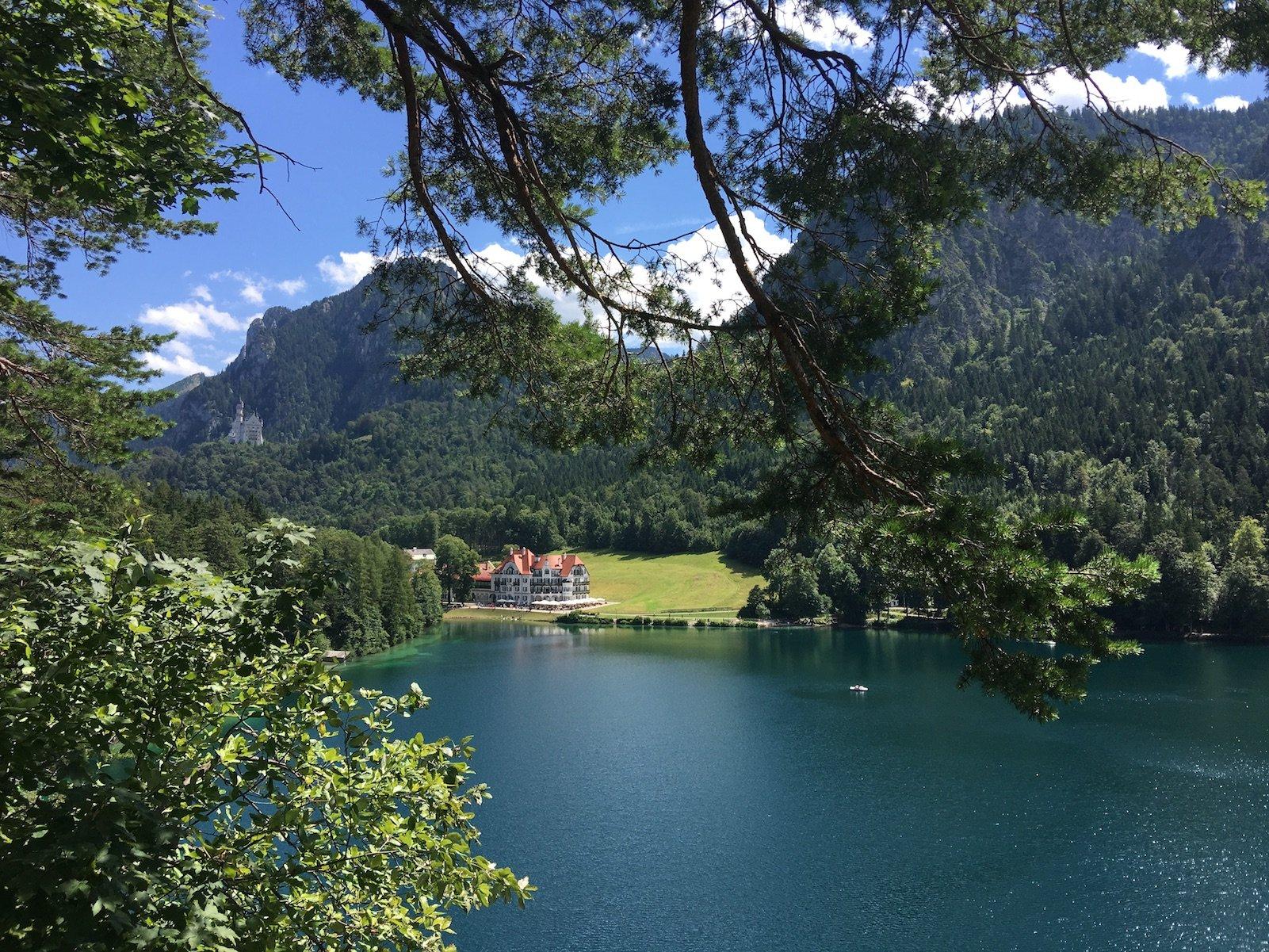 Der Blick vom Aussichtsfelsen über den Alpsee zum Museum der Bayrischen Könige