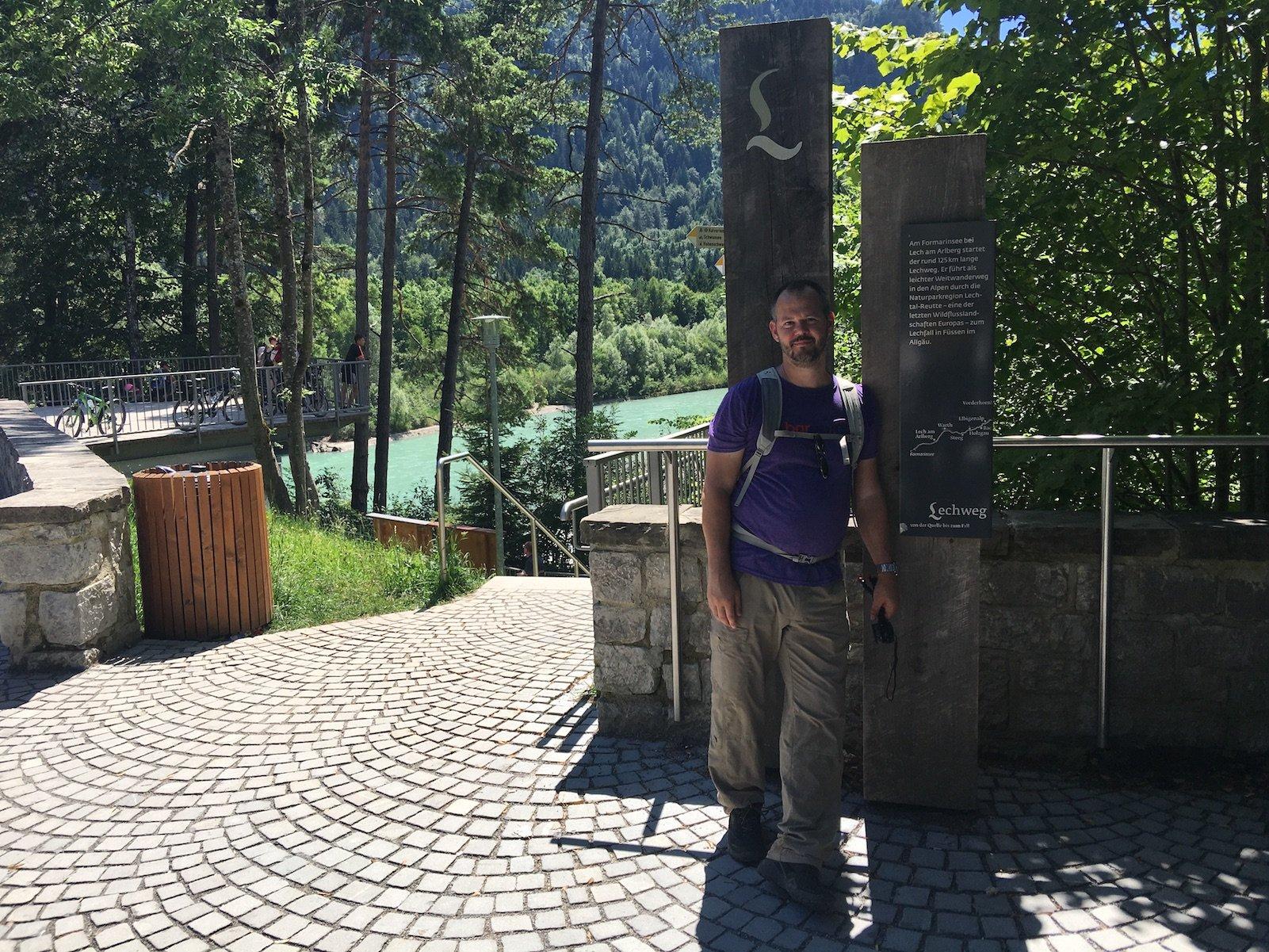 Reiseblogger Hubert Mayer vom travellerblog.eu am Ende des Lechwegs, 120 km später, am Lechfall in Füssen