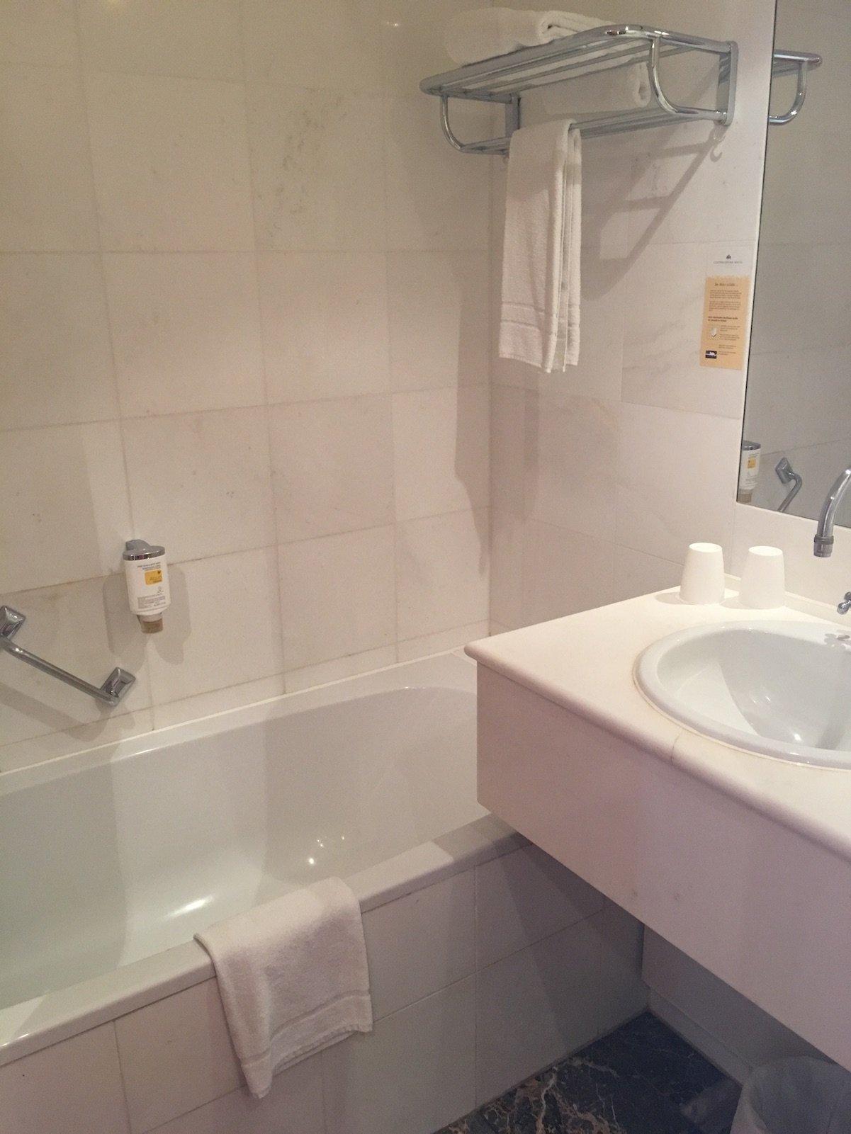 Ein Badezimmer mit Badewanne für mich im Luitpoldpark-Hotel Füssen