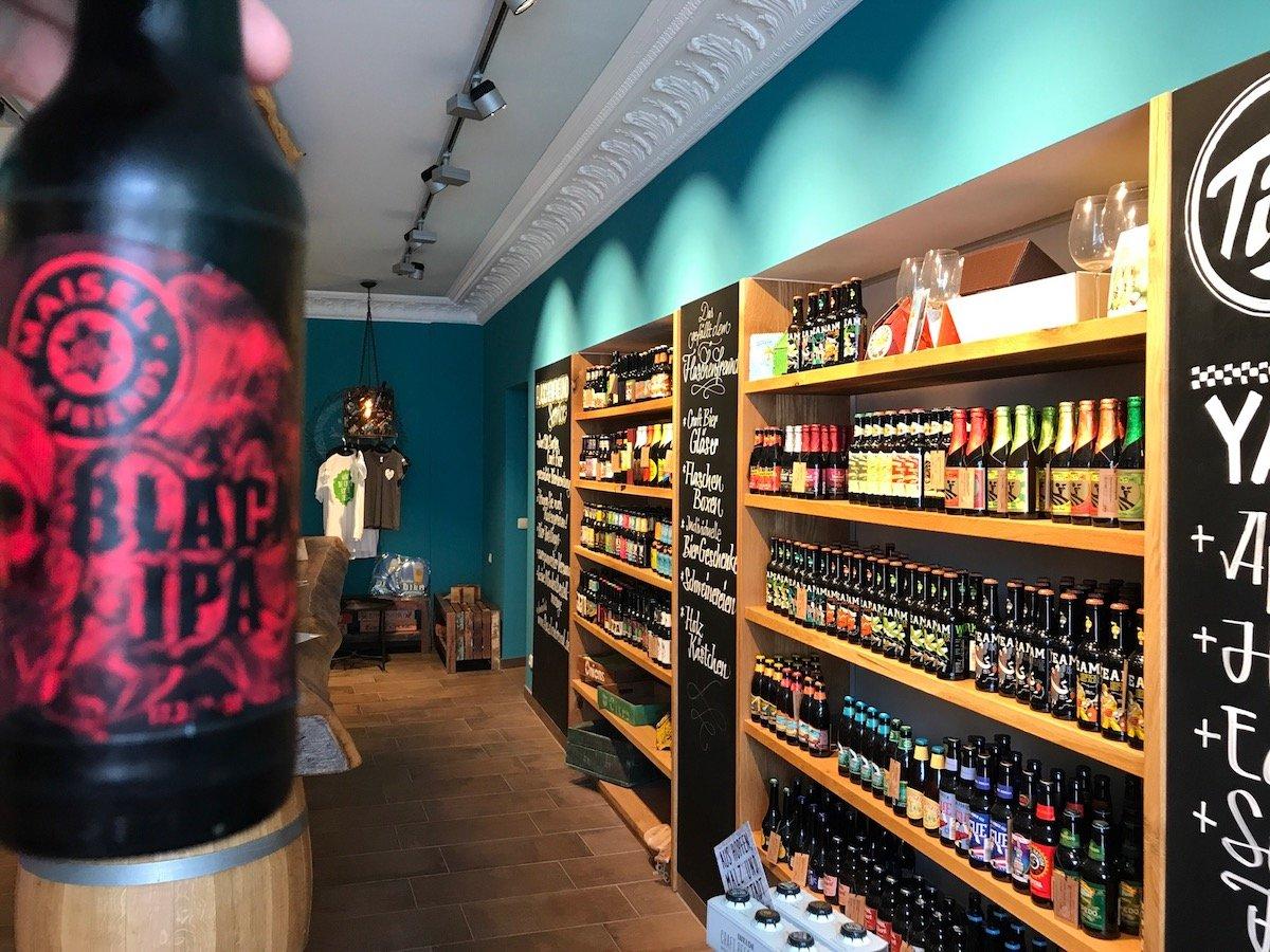 Ein Blick in das Flaschenfreund, einem Shop in dem es unzählige Biersorten gibt, mitten in Bayreuth