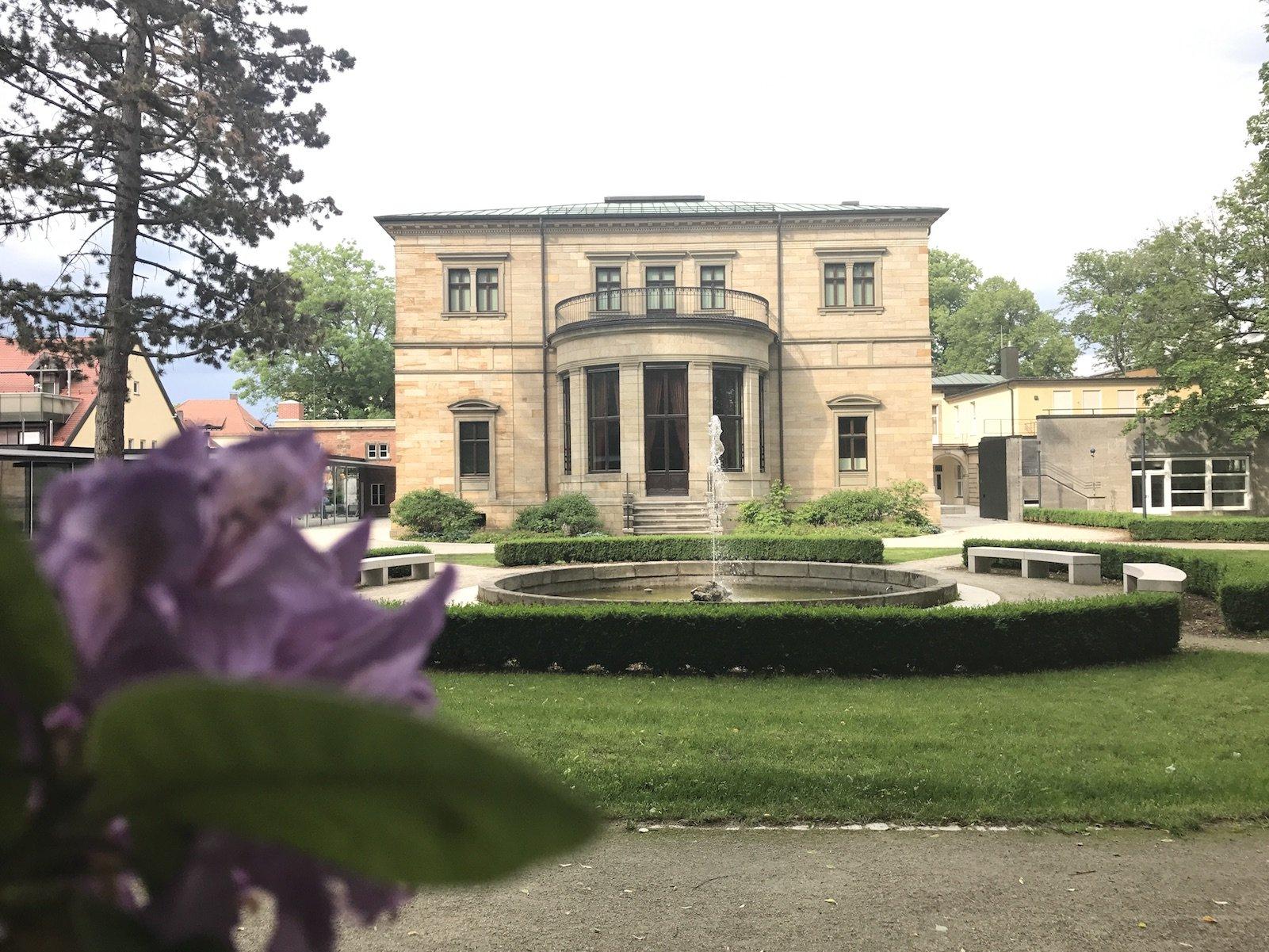 Haus Wahnfried, in dem das Richard-Wagner-Museum ist vom Hofgarten (und Wagnergrab) her