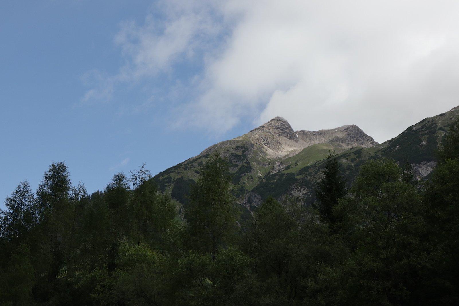 Der Himmel wird immer blauer während unserer Wanderung auf der Lechschleife...