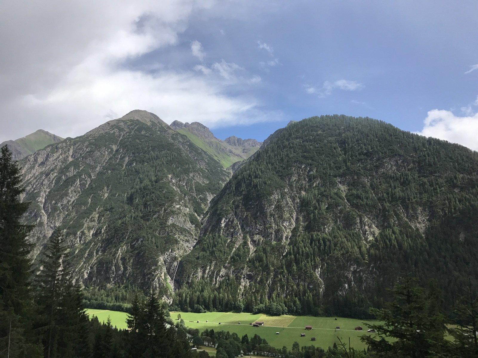 Ausblick rund 300 Meter oberhalb des Lechs auf der Lechschleife Steeg - Holzgau