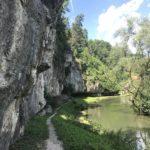 Zwischen Felswand und Pegnitz führt uns unser Weg nach Velden