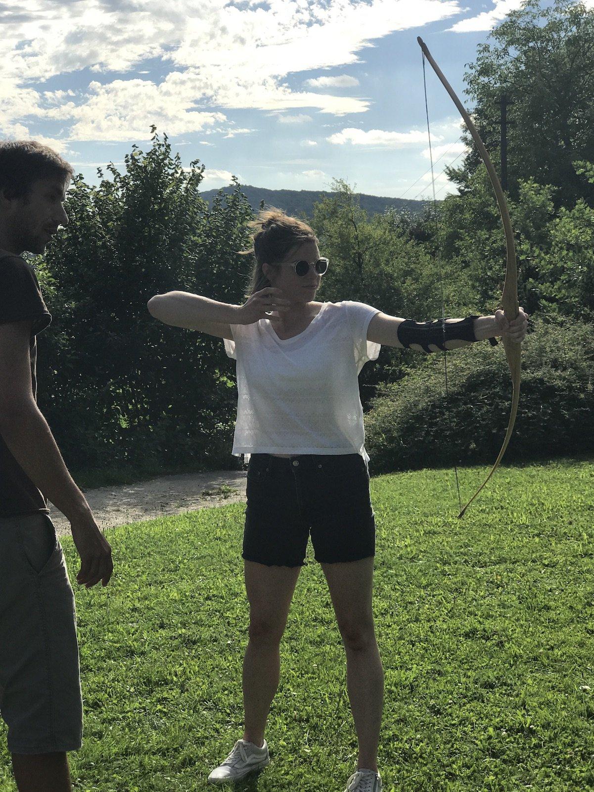 Simone vom OutZeit Blog beim Bogenschießen