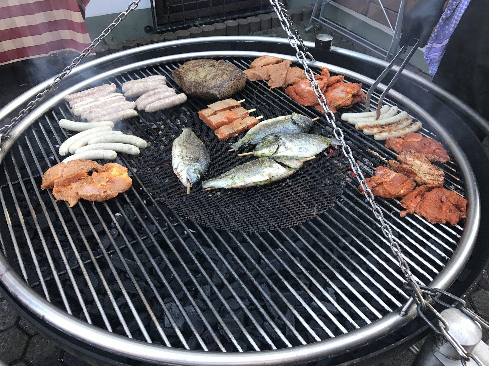 Fleisch, Wurst und Fisch auf dem Grill im Landidyll-Hotel Zum Alten Schloss