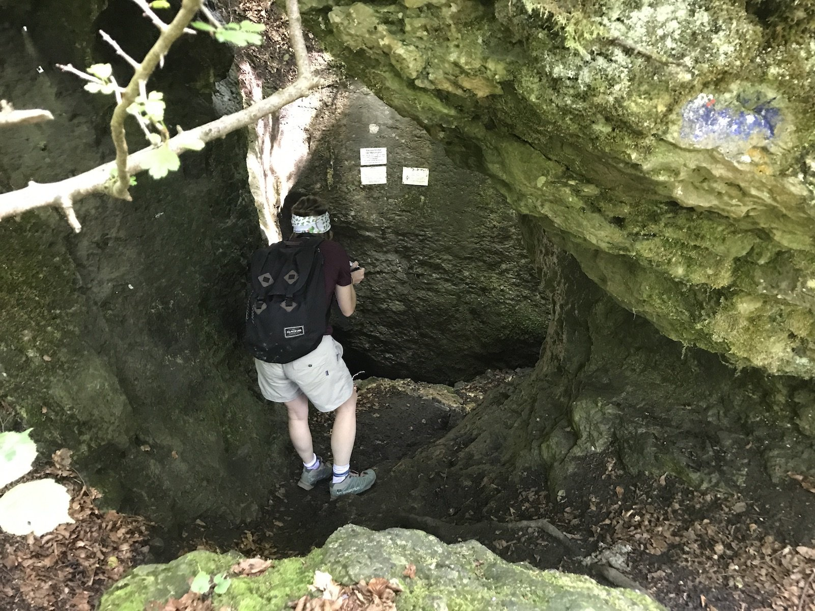 Steil geht es runter in die Höhle