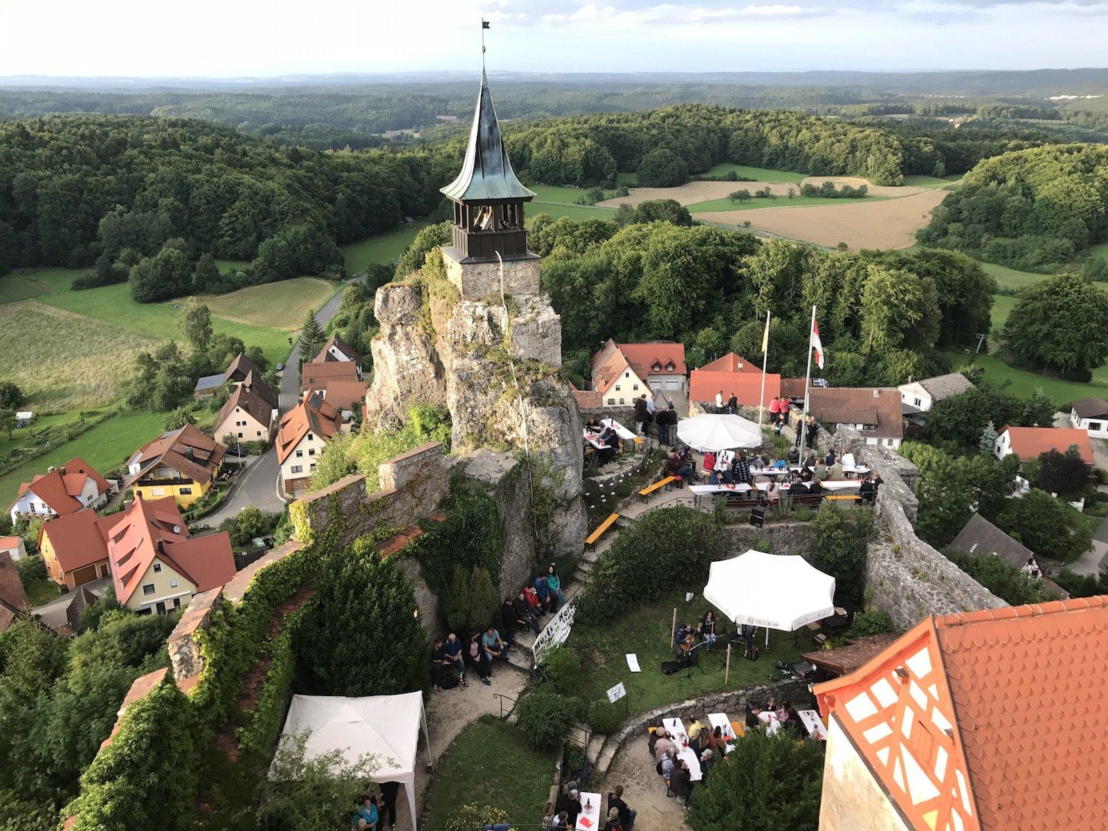 Blick in den Innenhof der Burg Hohenstein mit Musikfest und Ausblick über das Nürnberger Land