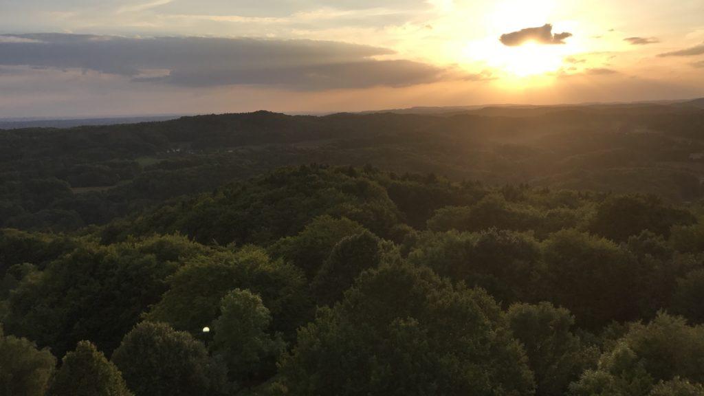 Sonnenuntergang über den Wäldern des Nürnberger Lands vom Turm der Burg Hohenstein aus