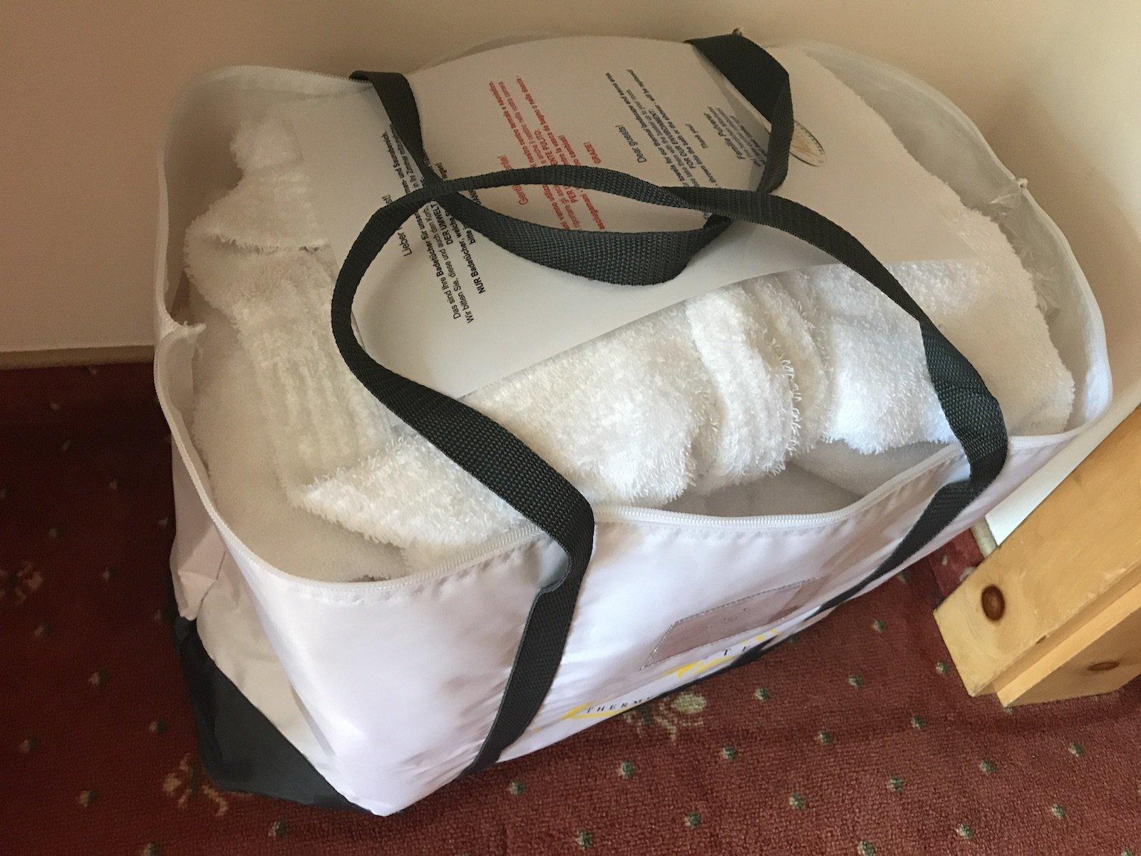 Tasche mit Bademänteln und Hand- bzw. Saunatüchern im Wellnesshotel Pulverer