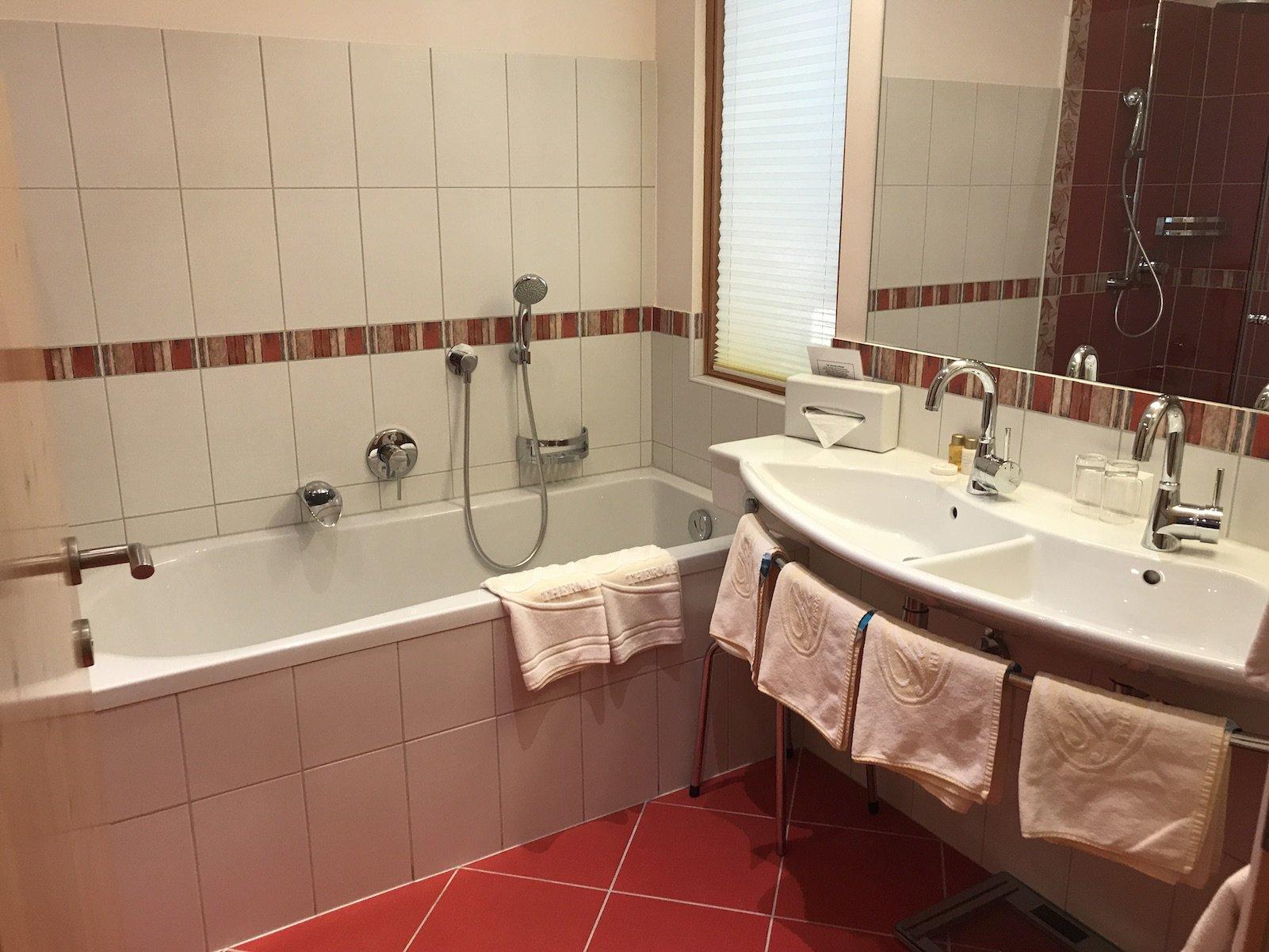 Schönes Bad mit Badewanne im Hotel Pulverer in Bad Kleinkirchheim