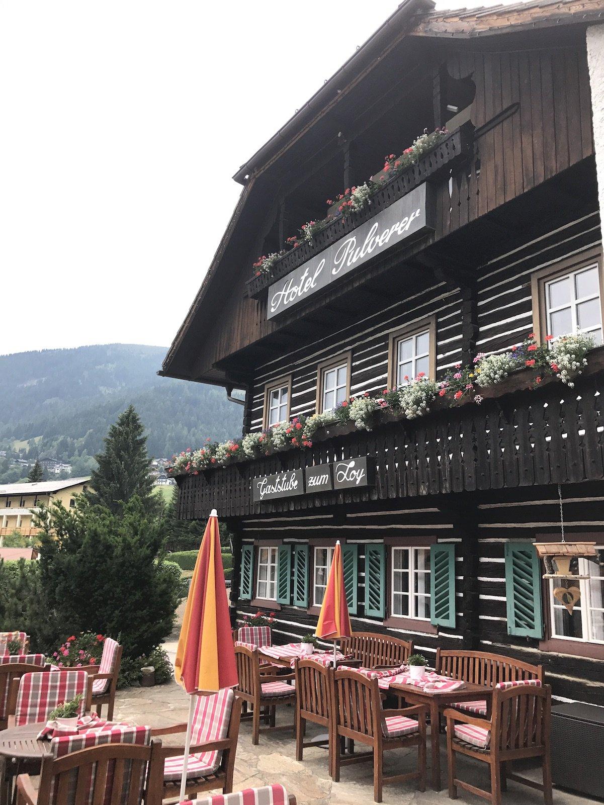 Haubengekröntes Restaurant Loy Stub'n des Hotels Pulverer