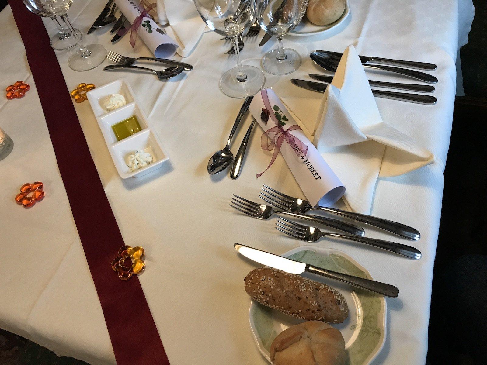 Schön eingedeckter Tisch in der Loystub'n des Hotels Pulverer in den Nockbergen