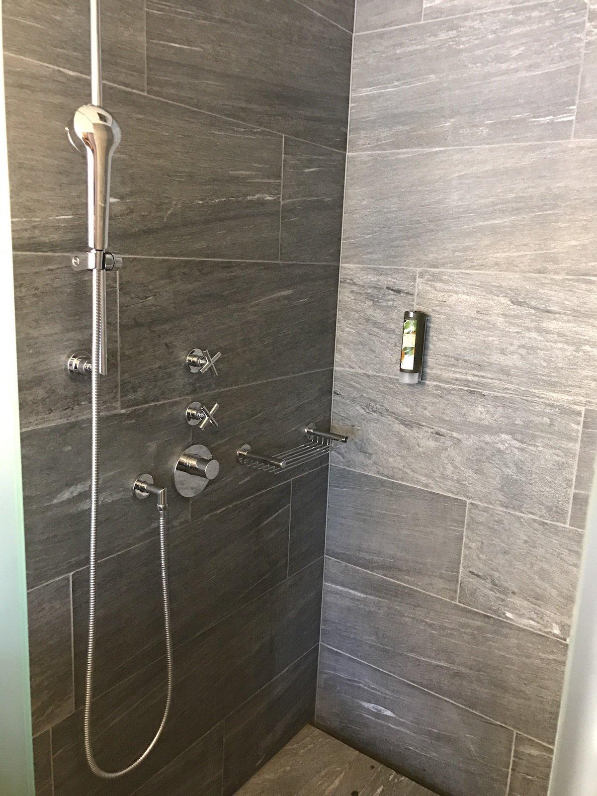 Ein Blick in die schöne Dusche