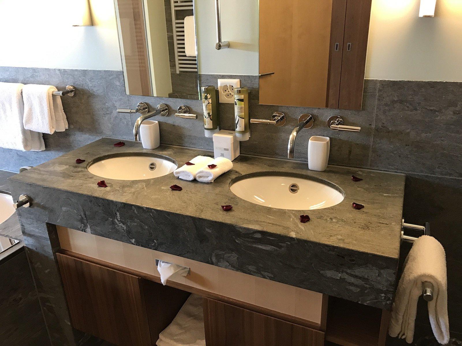 Zwei Waschbecken und noch einmal Rosenblätter in der Junior Suite des Waldhotels Davos