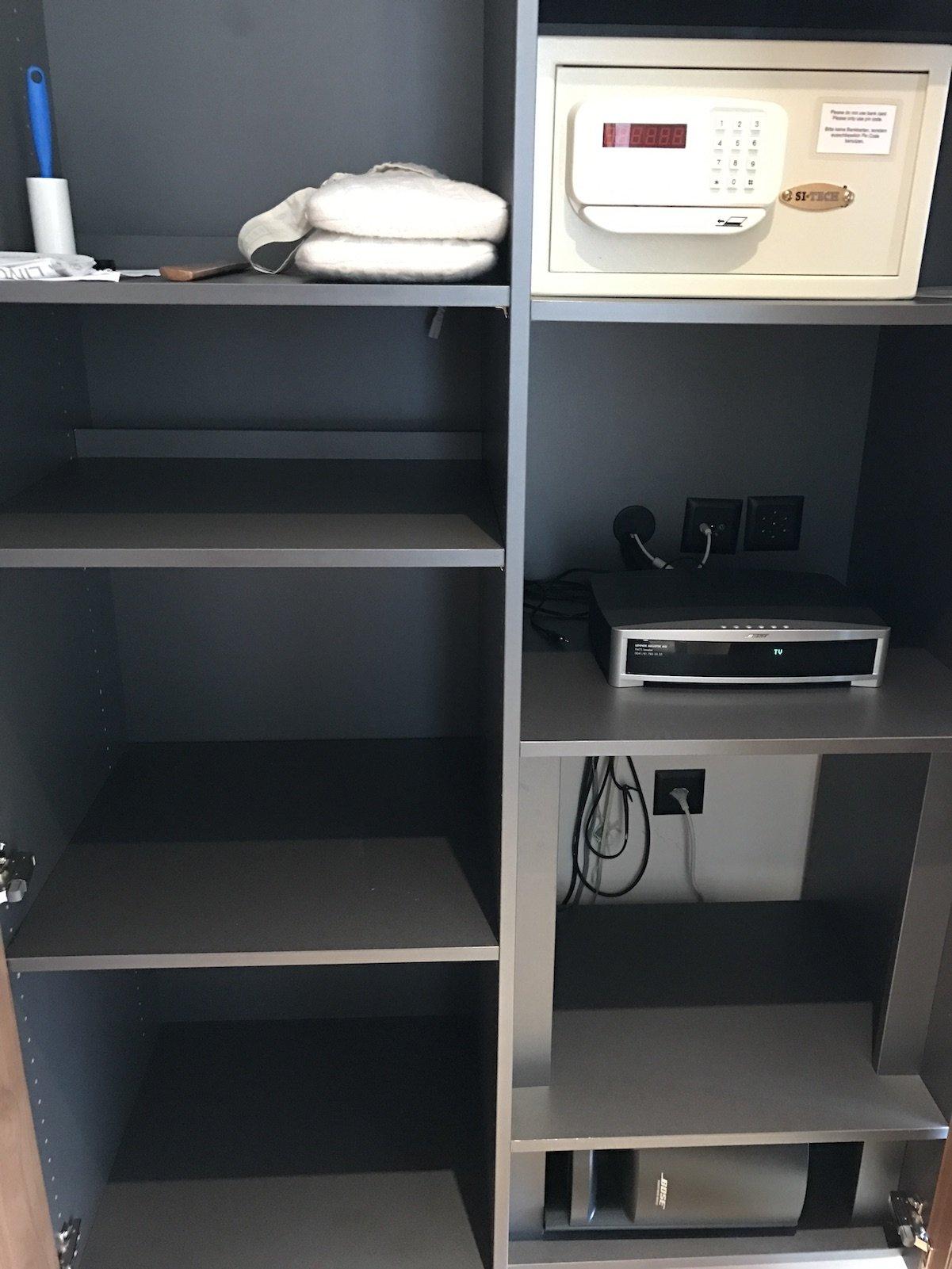 Schrank mit Safe und Bose Soundanlage im Waldhotel Davos