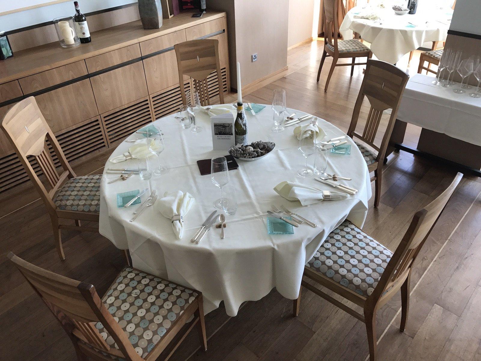 Runder Tisch für den Abend eingedeckt im Wein-Restaurant Mann und Co.