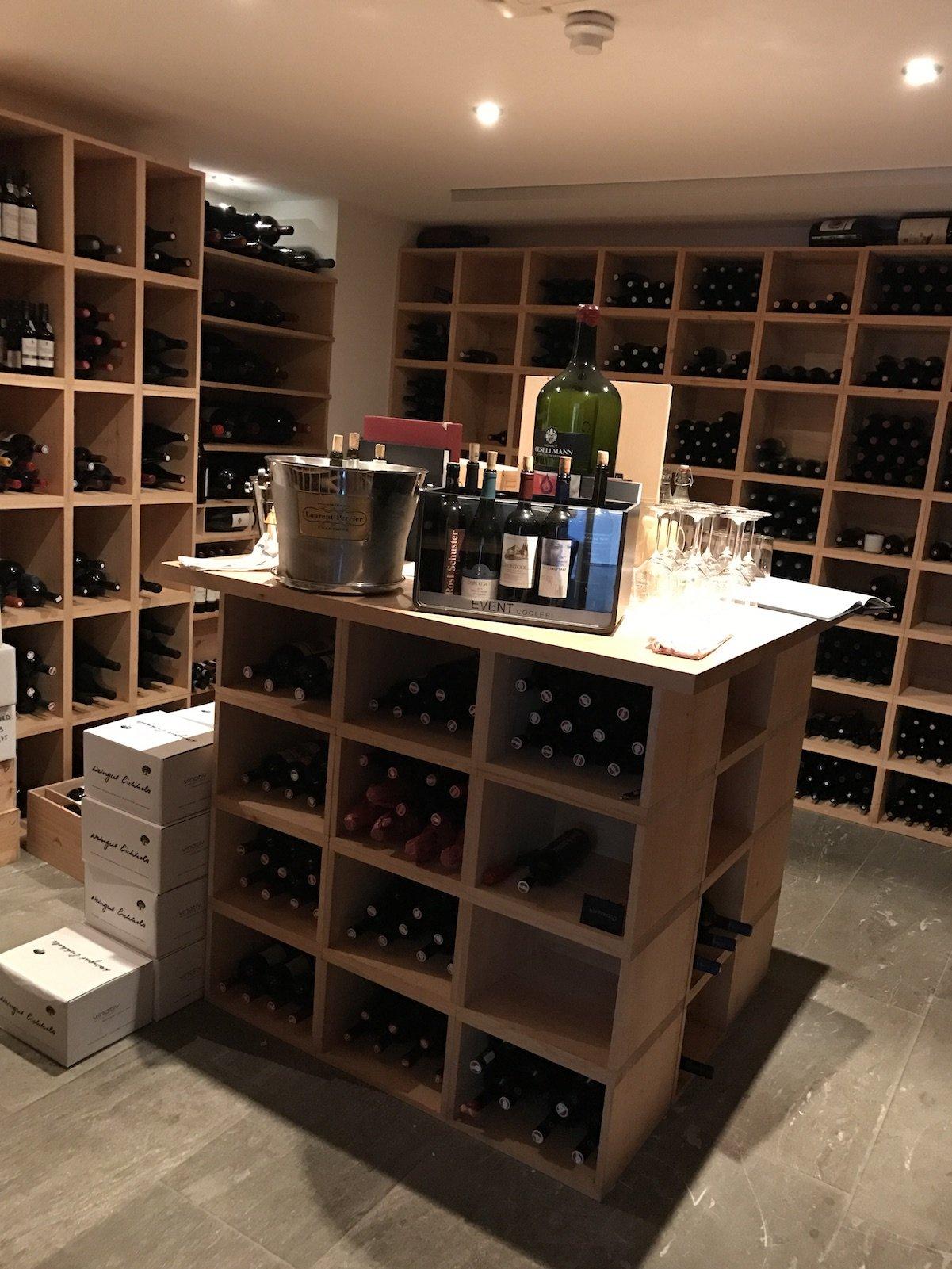 Ein erster Blick in den Weinkeller mit Degustationsraum im Waldhotel Davos