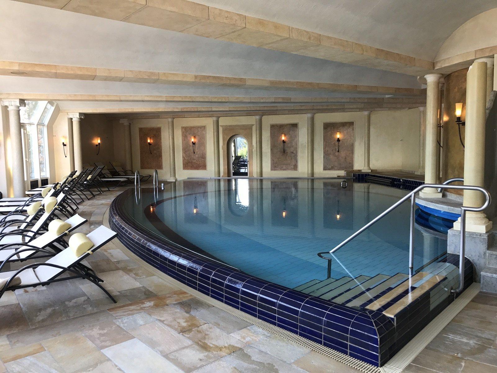 Lichtdurchflutetes Solebad im Wellnessbereich des Waldhotels Davos