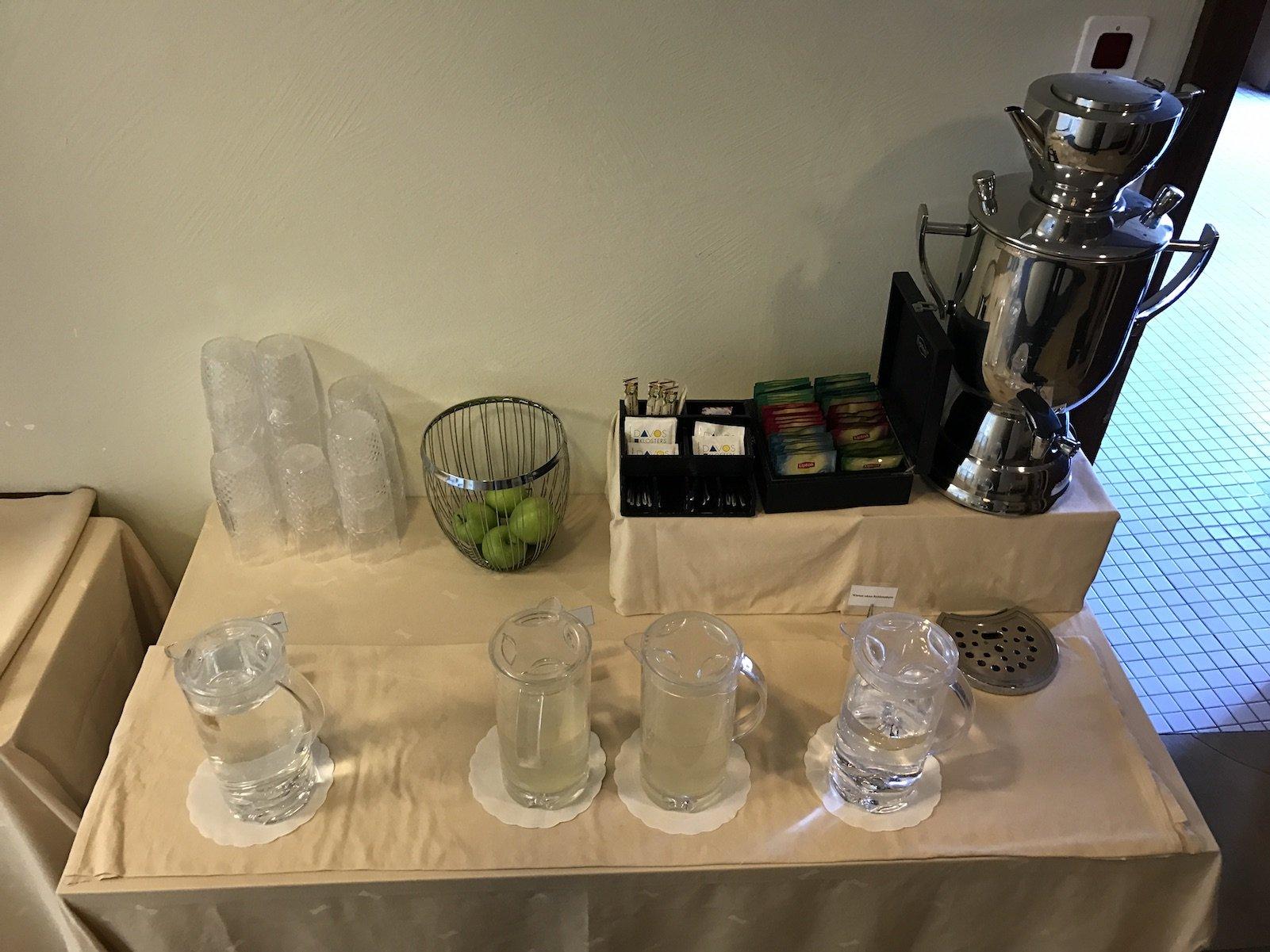 Wasser und Tee im Wellnessbereich