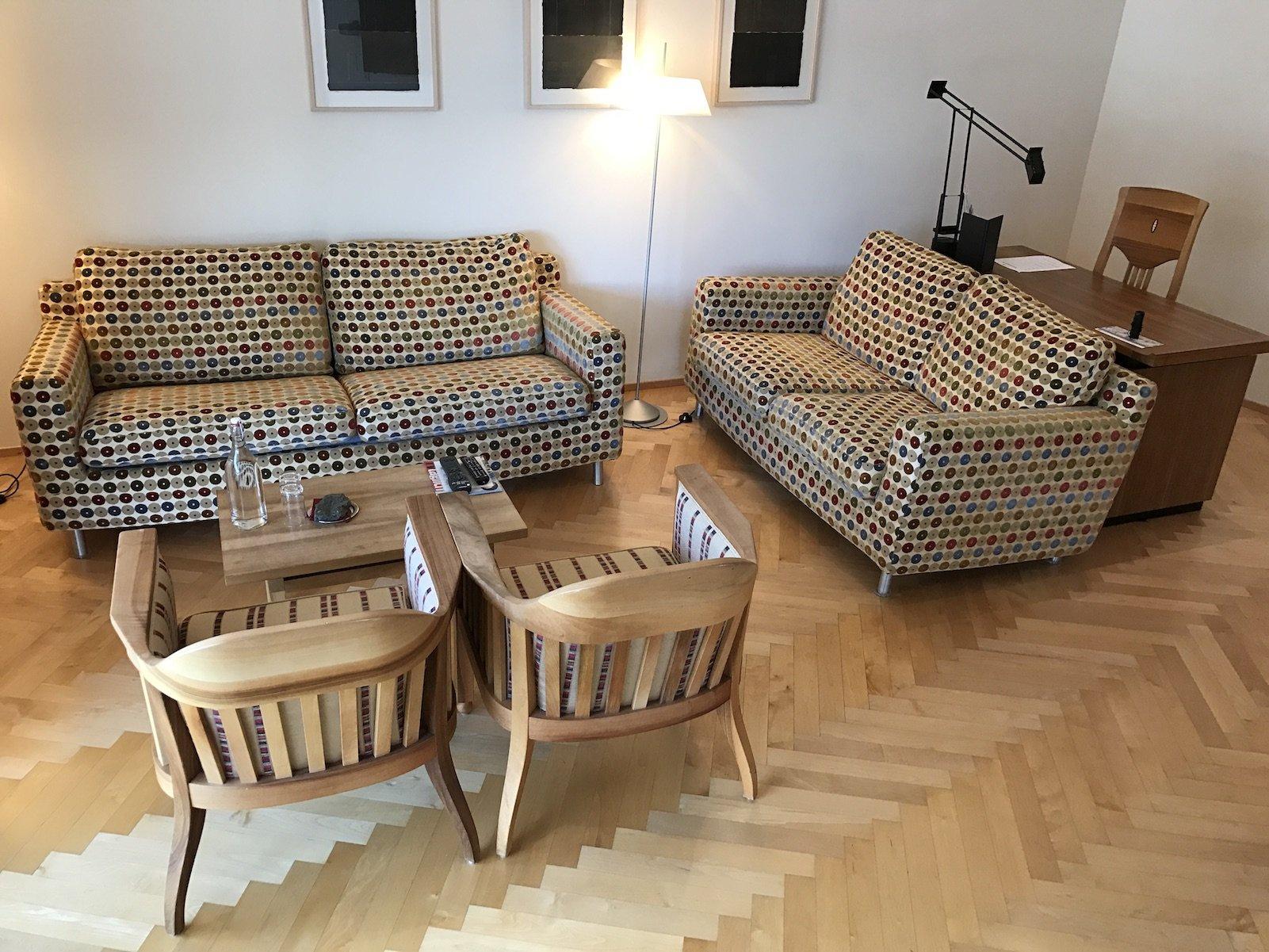 Wohnzimmer in der Spa Suite des Waldhotels Davos