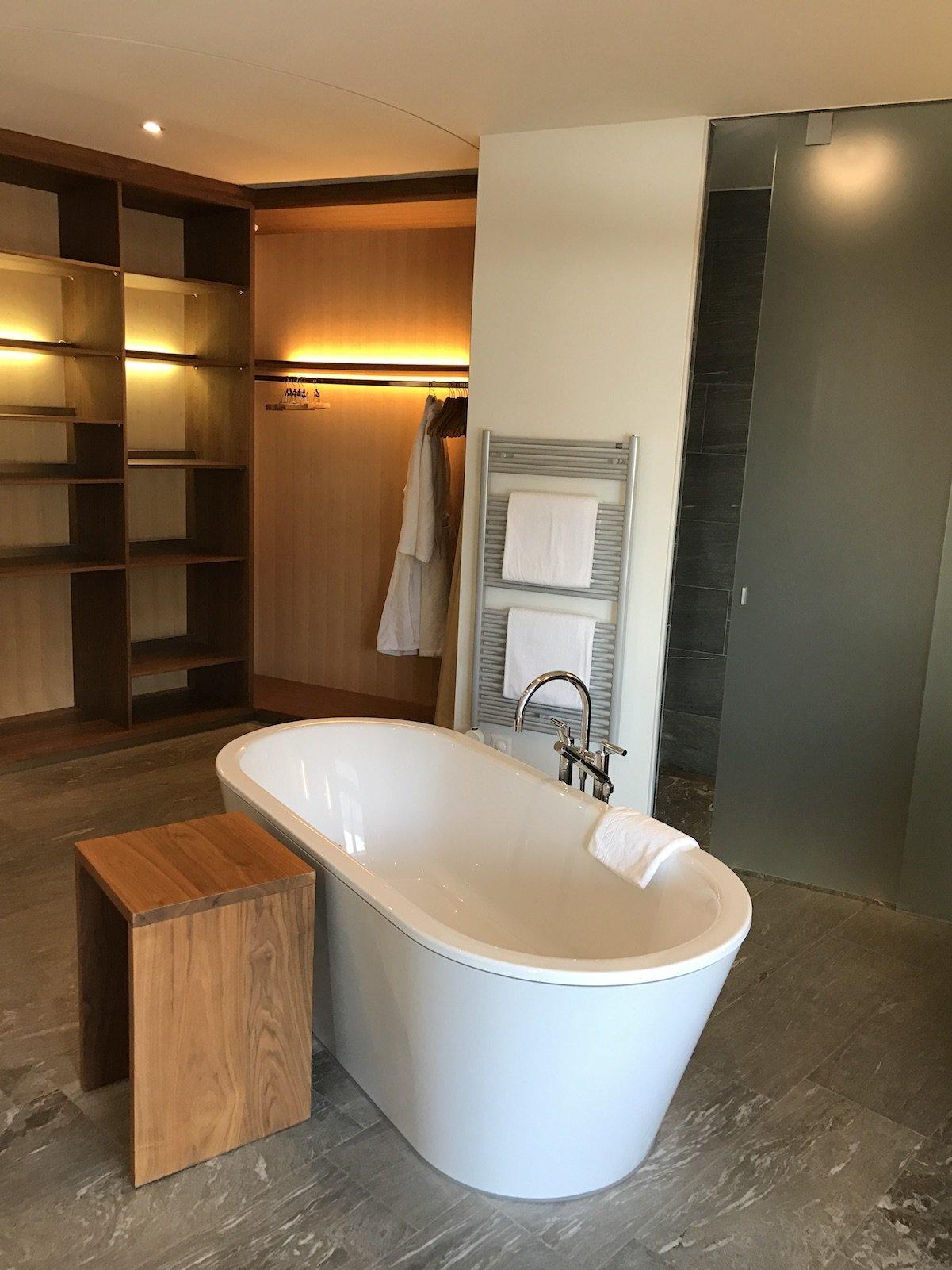 Frei stehende Badewanne in der Spa Suite im riesen Badezimmer