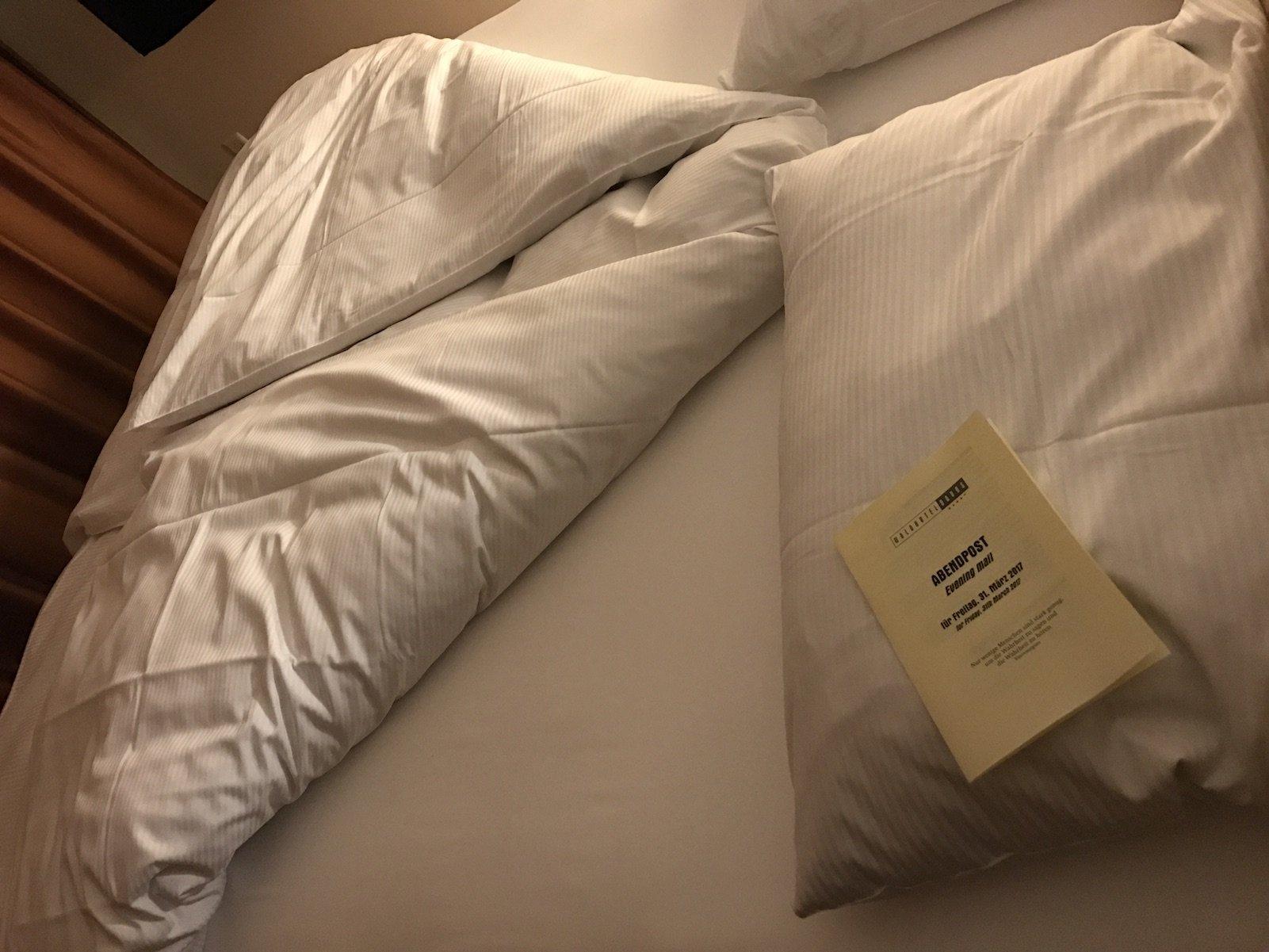 Das Bett nach dem Turndown Service im Waldhotel Davos