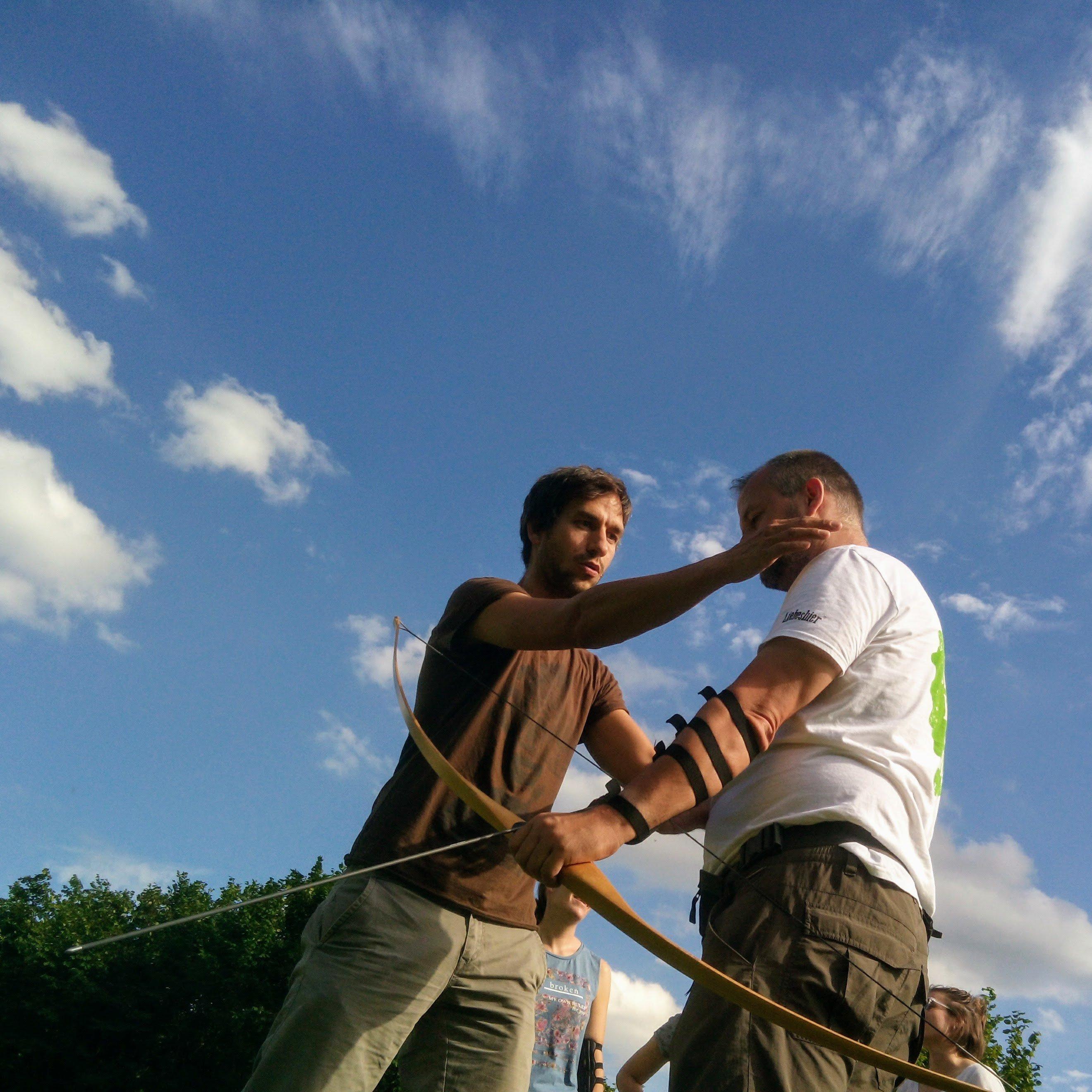 Michael Fuchs hilft mir weiter beim intuitiven Bogenschießen (Bild: Uli Büscher vom Nürnberger Land)
