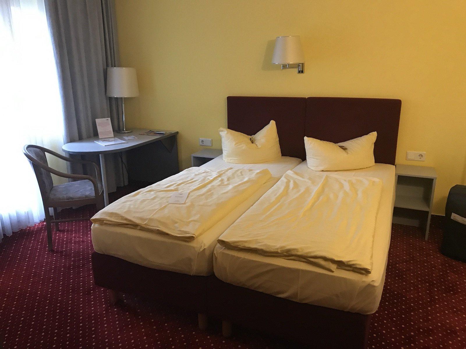 Ausreichend bemessener Platz auch um das Bett herum