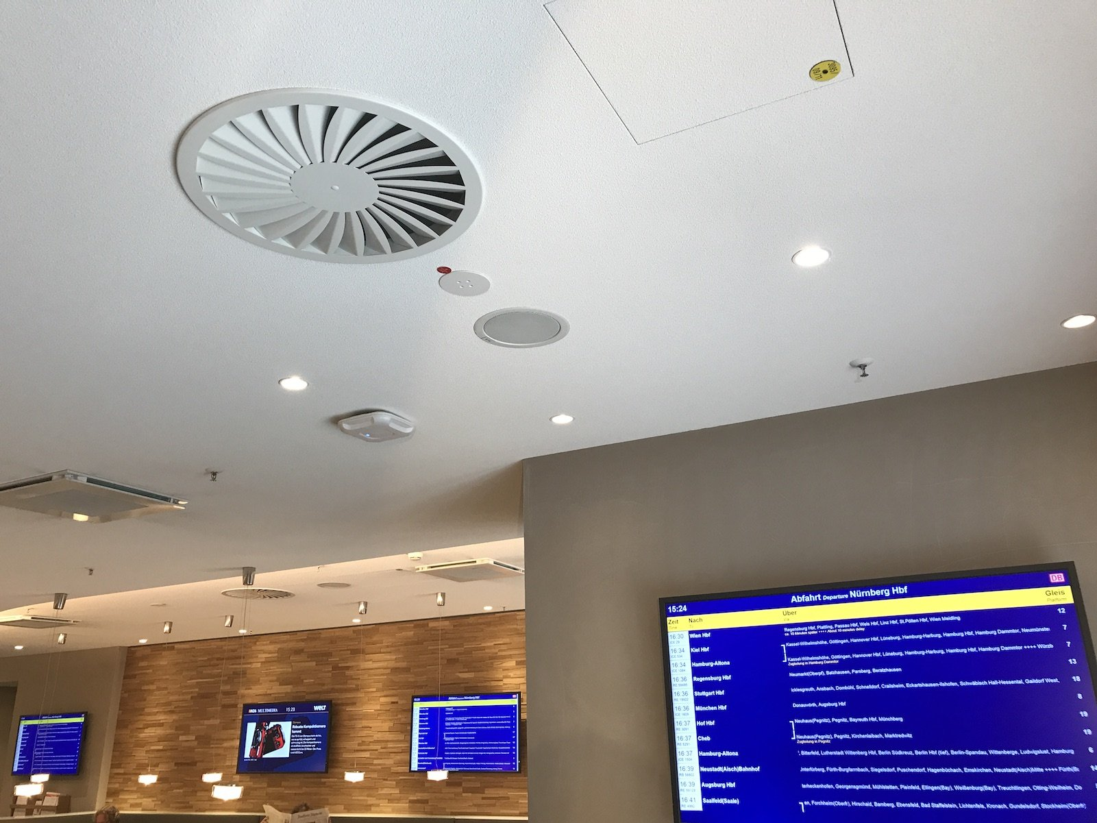 Zahlreiche Bildschirme zur Information der Reisenden