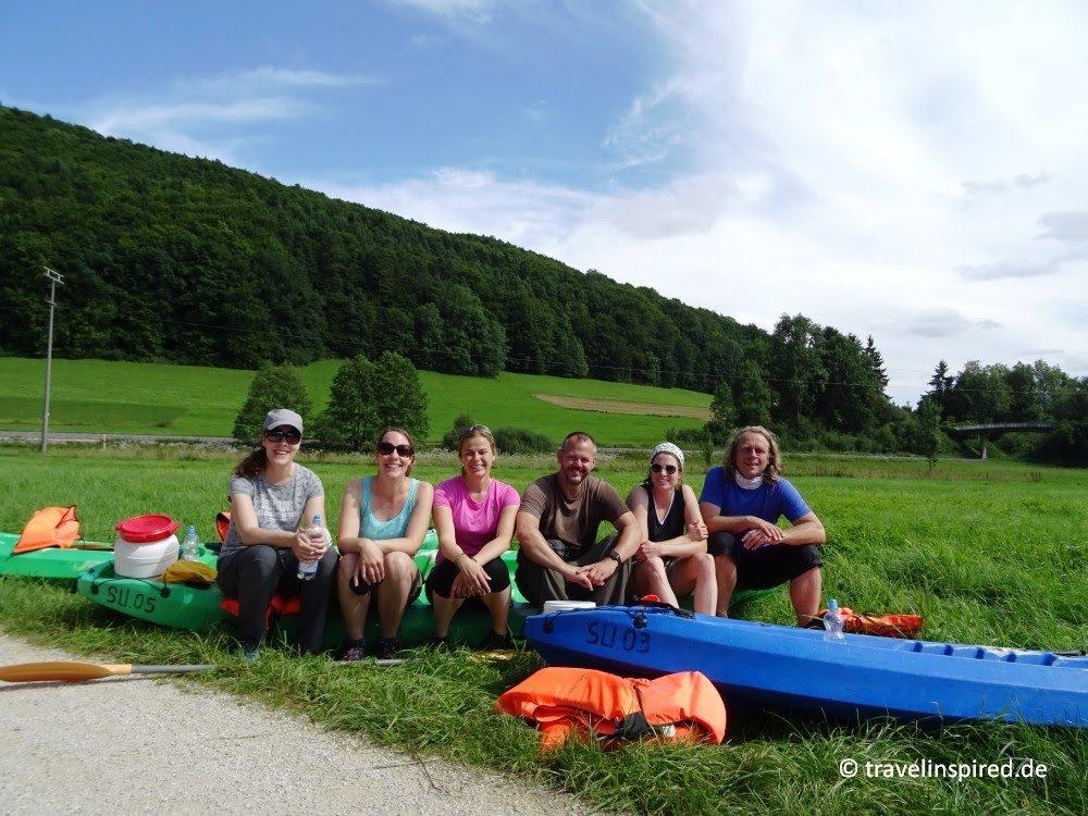 Erschöpft aber happy warten wir auf die Abholung der Kanus (und trocknen ein wenig vor uns hin ;) (Foto: Kathrin Haase von travelinspired.de)