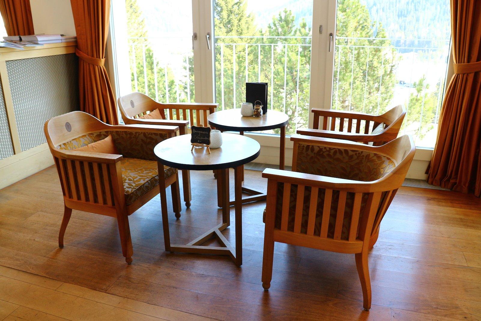 Großzügig Platz hat es hier - und auch der Ausblick ist nicht zu verachten im Barbereich des Waldhotels Davos (Foto: Gesine Klinkigt)